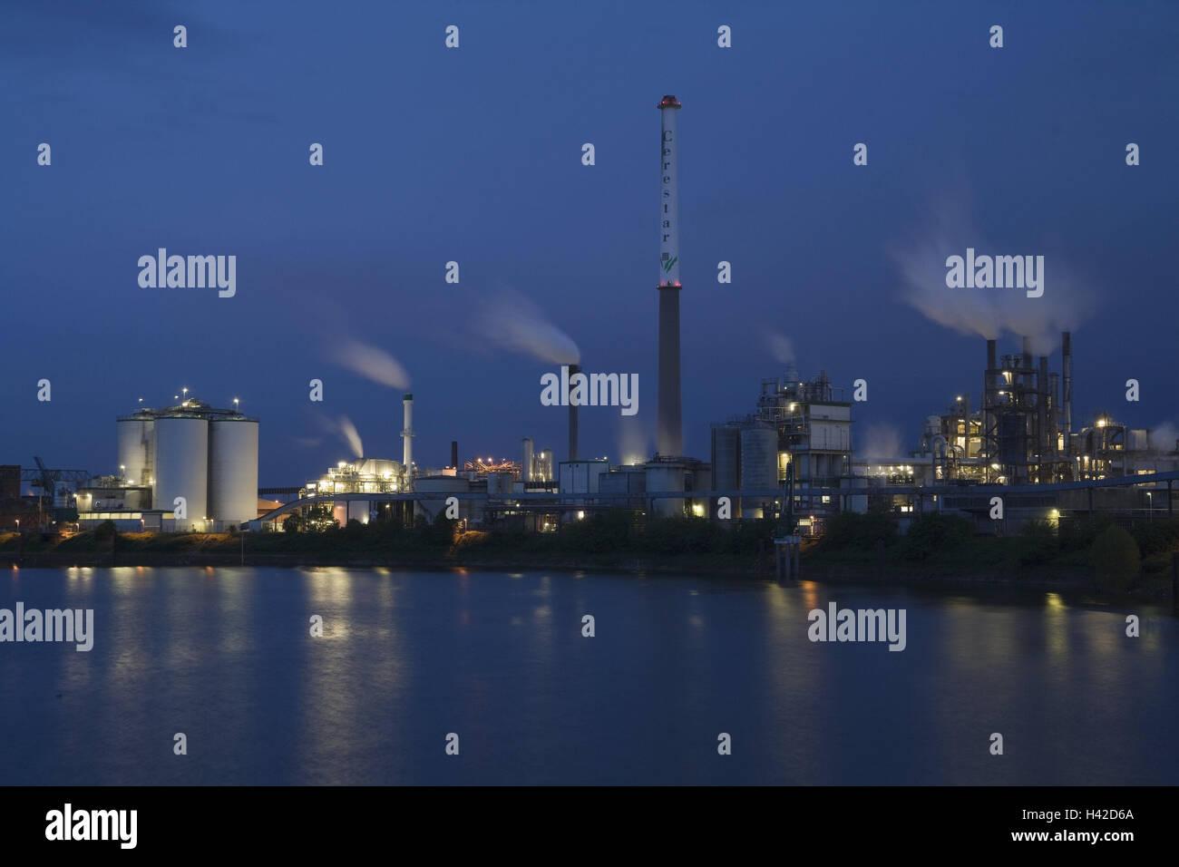 Germany, North Rhine-Westphalia, Krefeld, Uerdingen, Rhine harbour, industrial plant, refinery, night, river, the Stock Photo