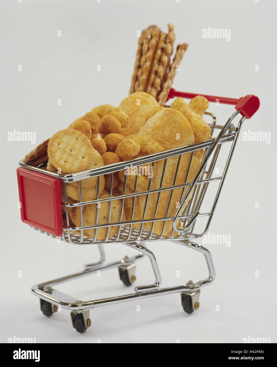 Shopping carts, miniature, savory snacks, cake, breadsticks, shopping, Knabbermischung, saltsticks, nutrition, retail - Stock Image