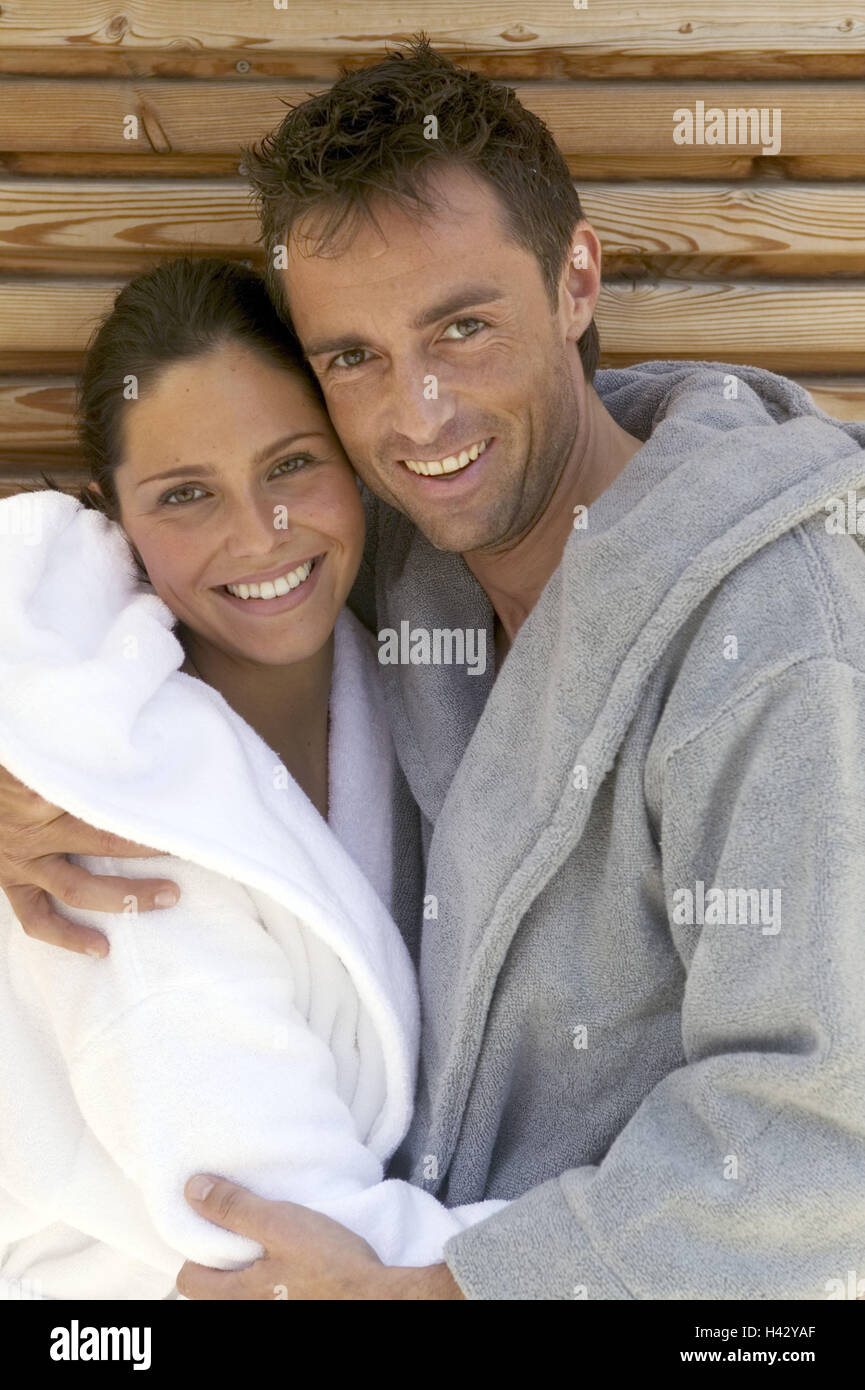 Pair, bathrobes, wood wall, leans, Embrace, Halbporträt,,   Series, 30-40 years, partnership, relationship, - Stock Image