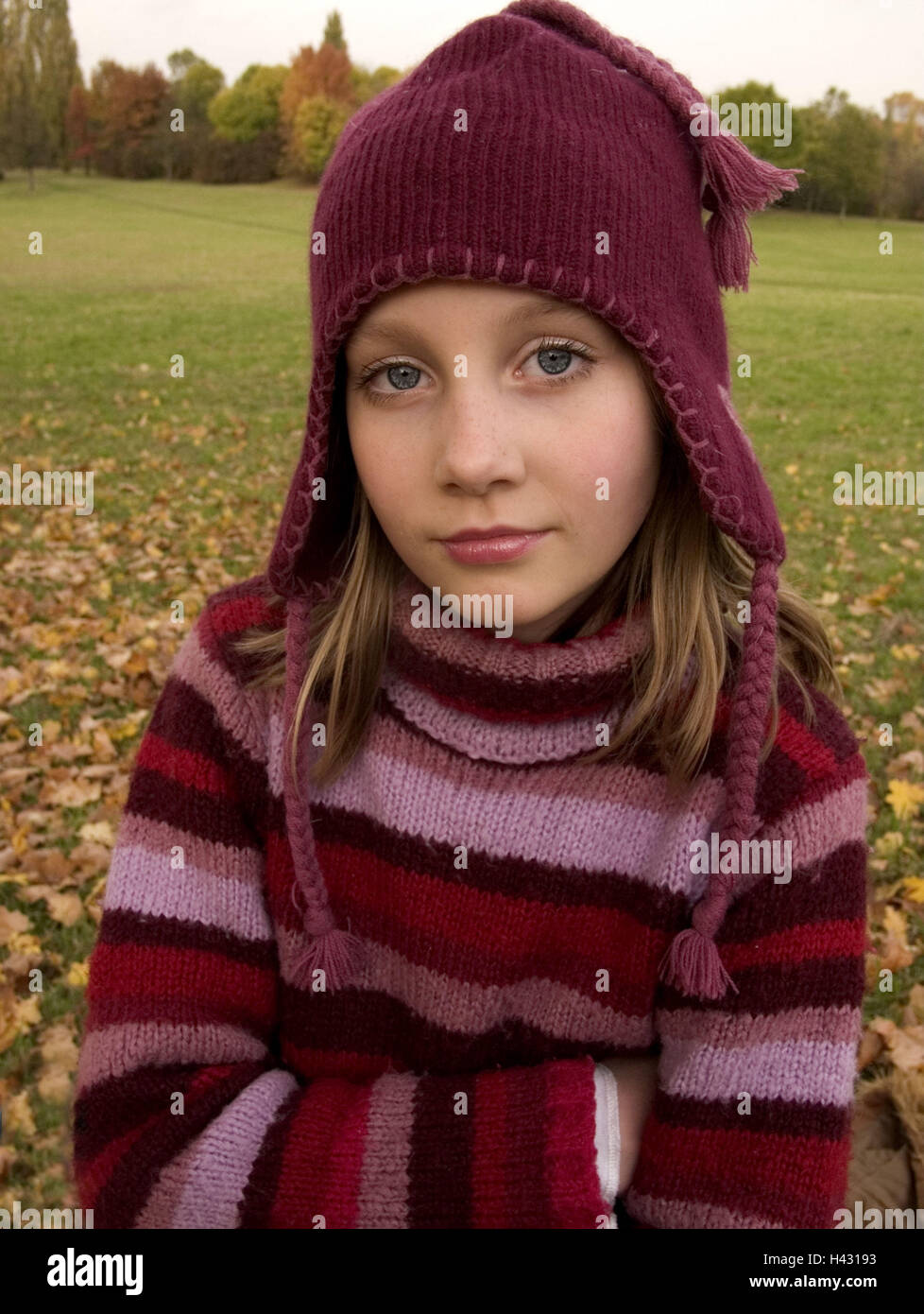 Girls, rope sweaters, cap,  Look camera, portrait, autumn,   Series, 10-15 years, teenager girls, teenagers, blond, - Stock Image