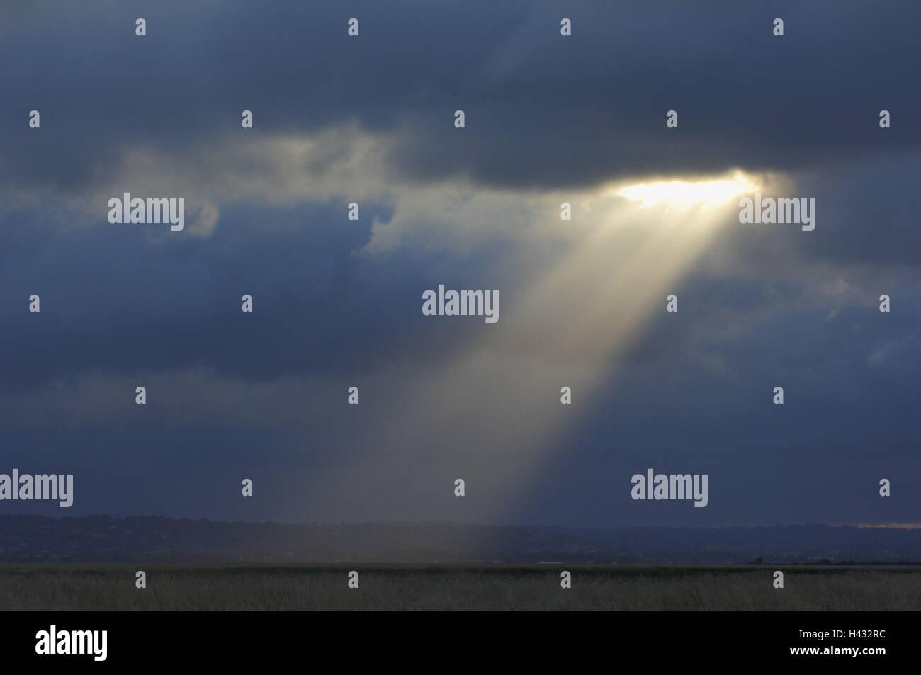 cloudy sky, rain clouds, darkly, sunrays, break through - Stock Image