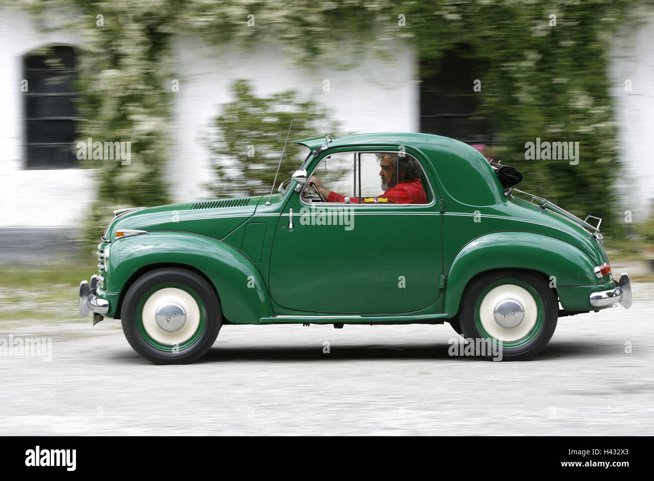 Fiat Topolino, green, panning, house - Stock Image