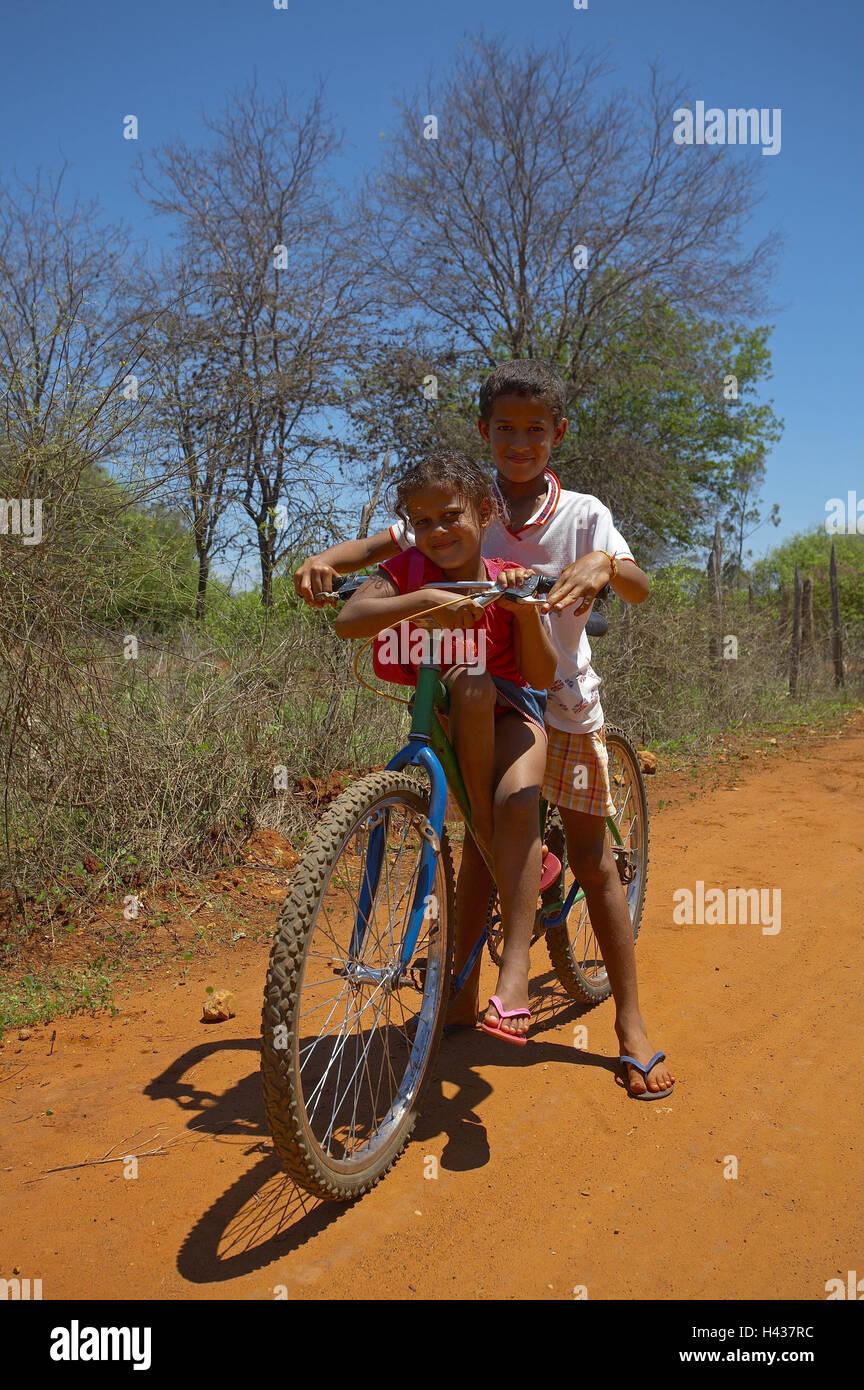 Brazil, Bahia, Chapada Diamantina, Dorfstrasse, children, bicycle, South America, person, locals, street, dusty, - Stock Image
