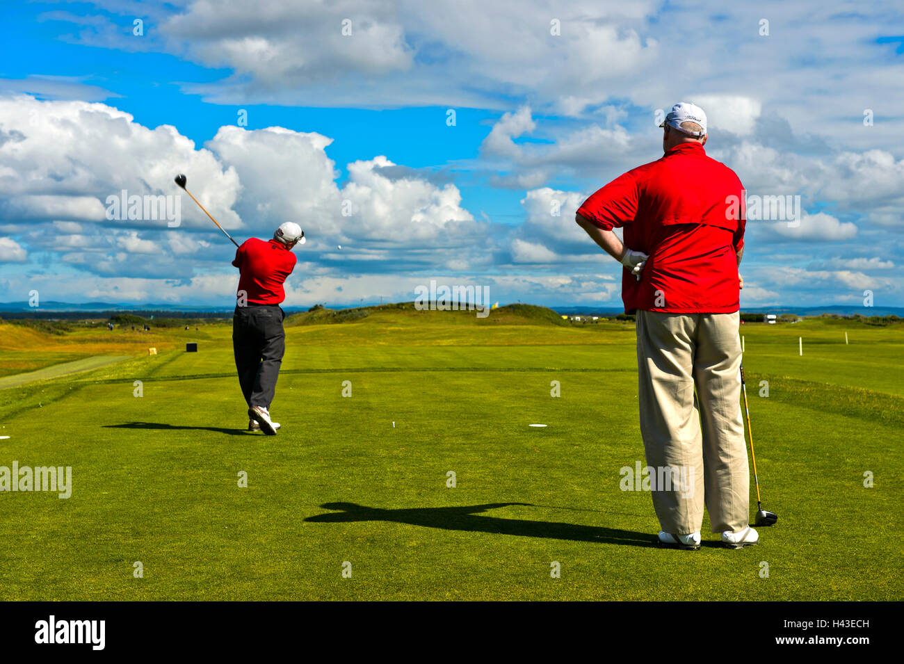 Two golfers teeing on the Jubilee Course, St Andrews Links, St Andrews, Fife, Scotland, United Kingdom - Stock Image