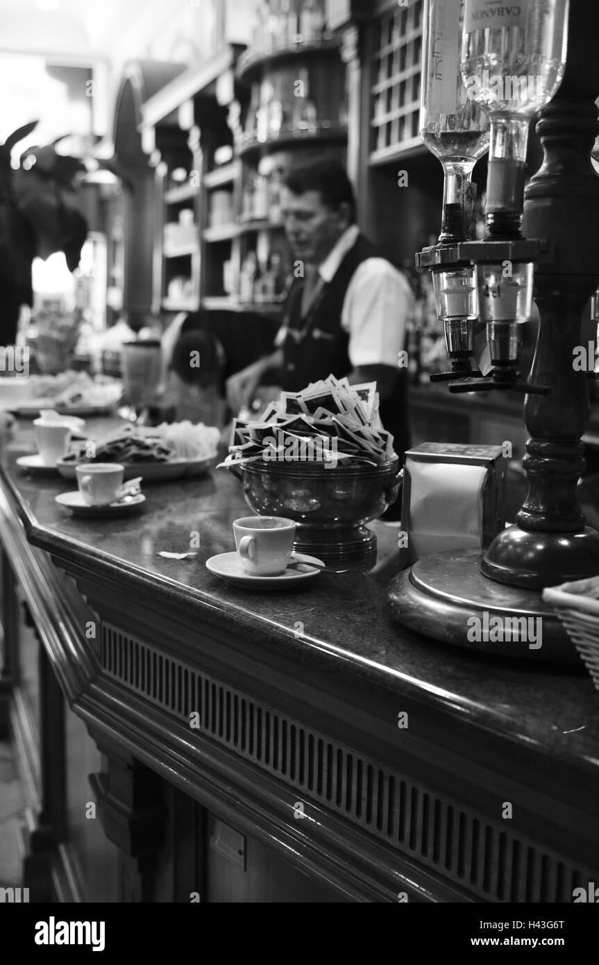 Italy, Milan, bar magenta, detail, counter, barkeepers, s/w, - Stock Image