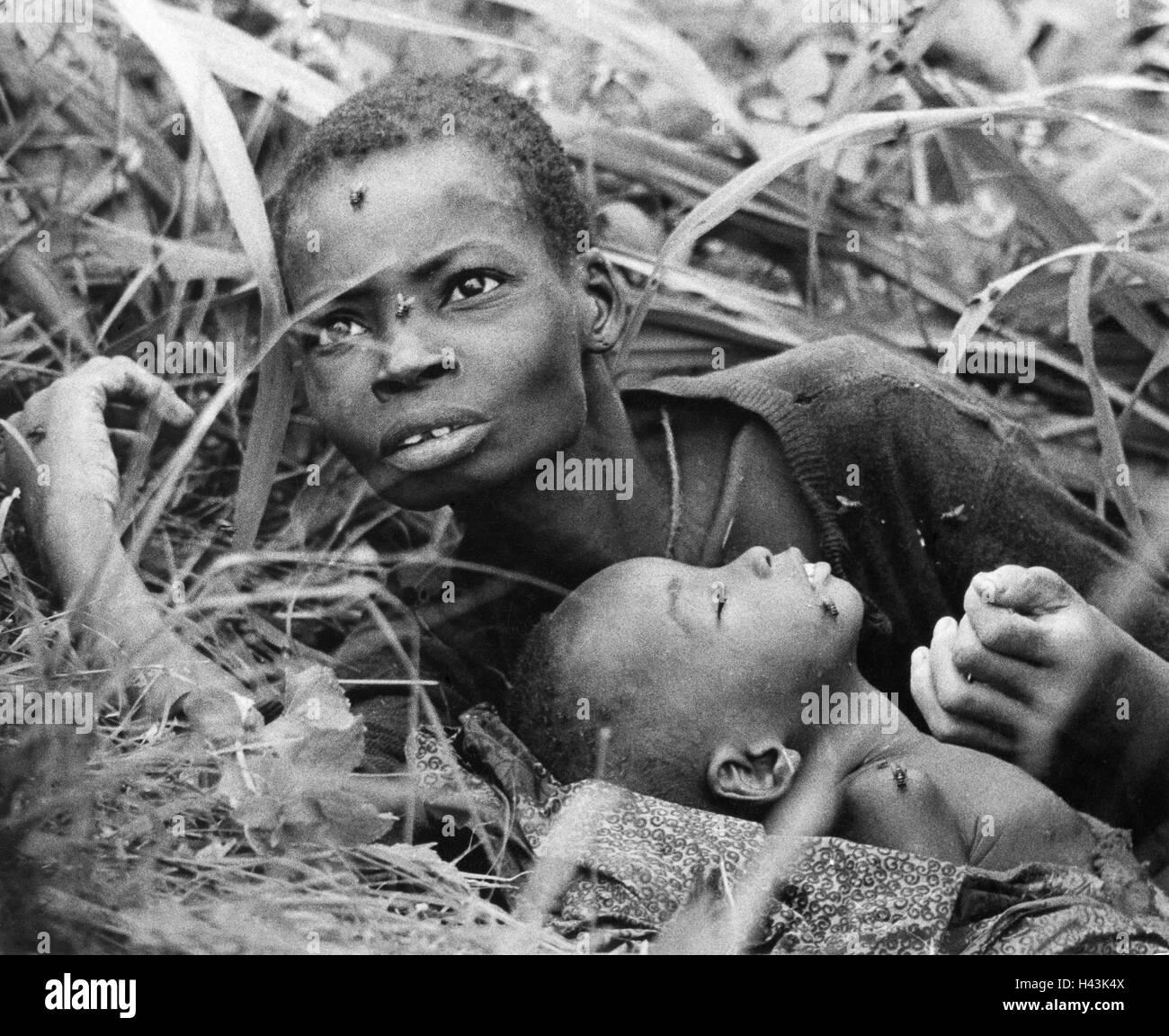 Nigeria, Biafra, 1968, mother, child, emaciated, lying, portrait, - Stock Image