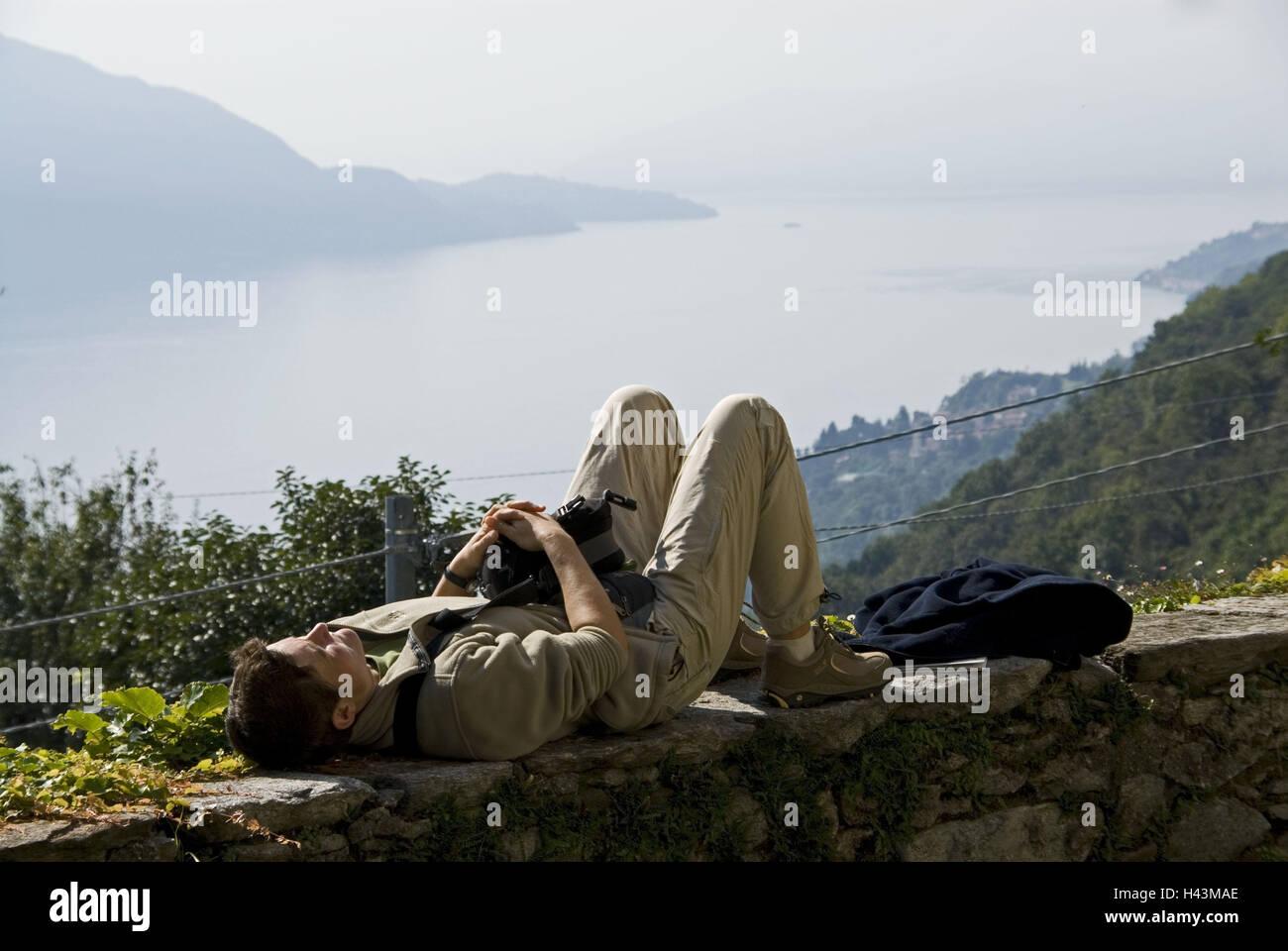 Italy, Oggiogno, traveller, rest, defensive wall, - Stock Image