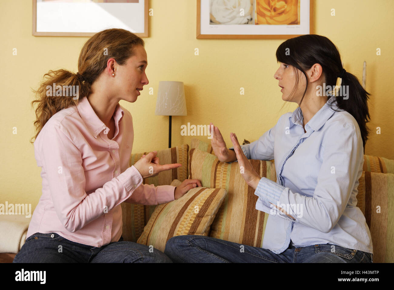Sitting rooms, women, sofa, sit, fight conversation, person, friends, sit, mark towards, reproaches, conflict, conversation, - Stock Image