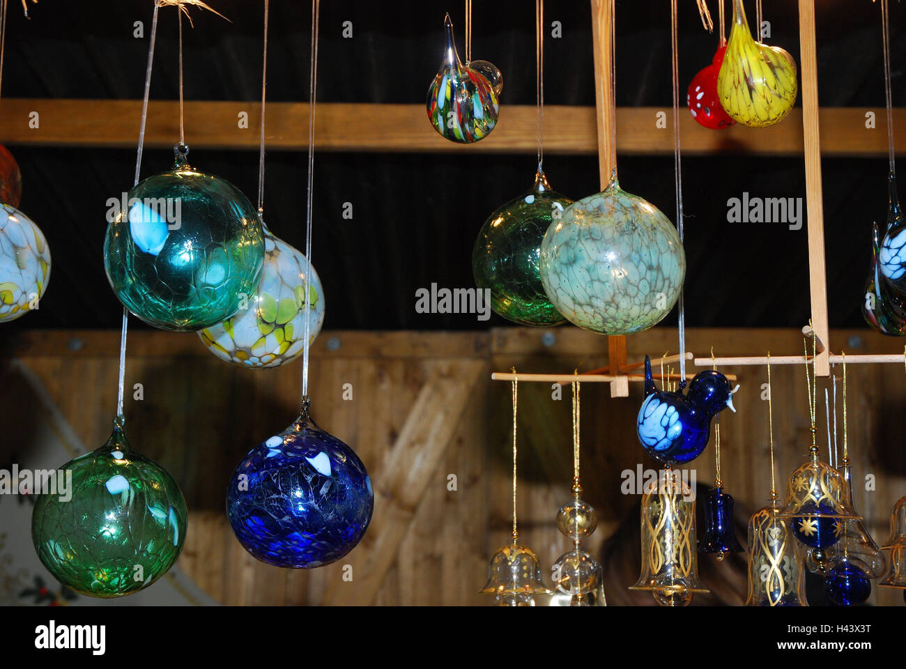 photo lighting decorations human of stand decor ulm ulmer illuminated en images lights sale city booths gothic night buden sales advent free cathedral church market light tree decoration seem christmas sea time crowd