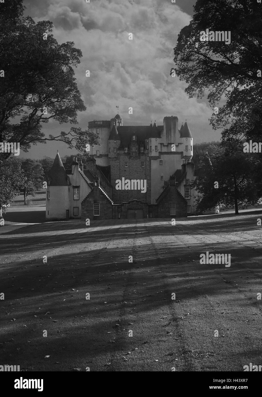 Great Britain, Scotland, Grampian, Fraser Castle, cloud sky, sombre, gray, s/w, [M], - Stock Image