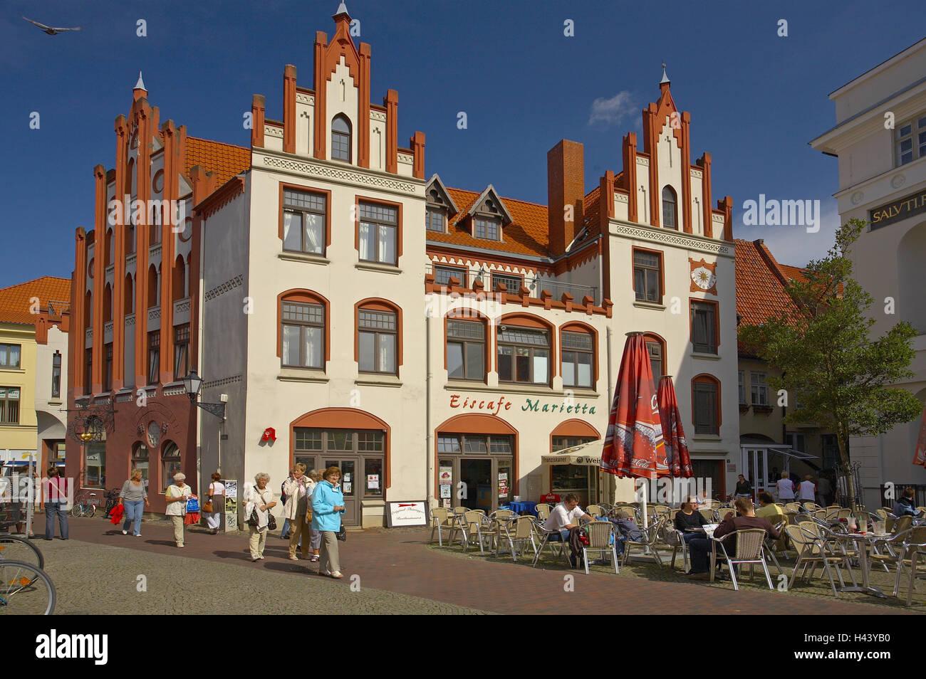 Germany, Mecklenburg-West Pomerania, Wismar, old mark, businessman's house, street cafe, - Stock Image