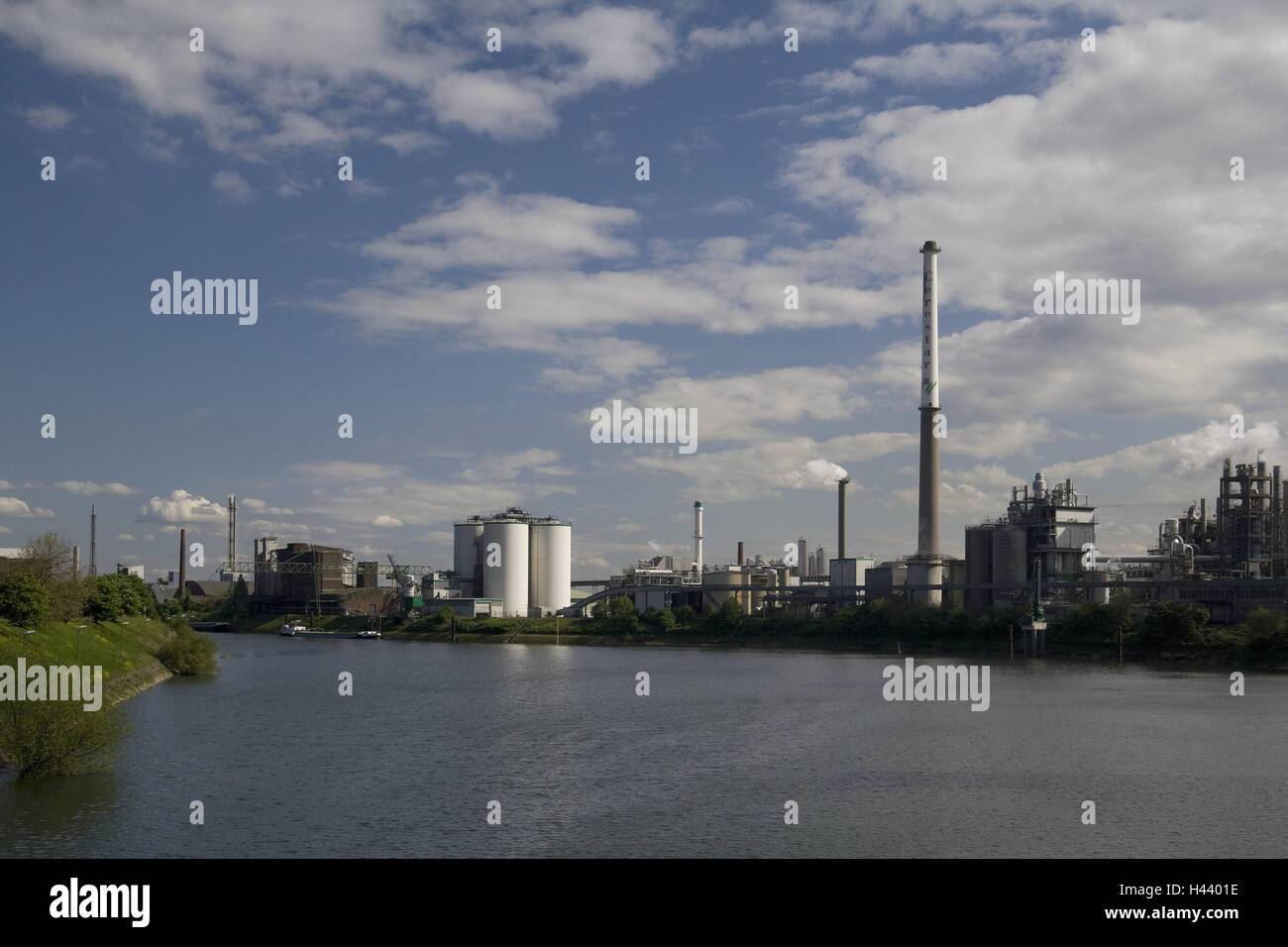Germany, North Rhine-Westphalia, Krefeld, Uerdingen, Rhine harbour, industrial plant, refinery, river, the Rhine, Stock Photo