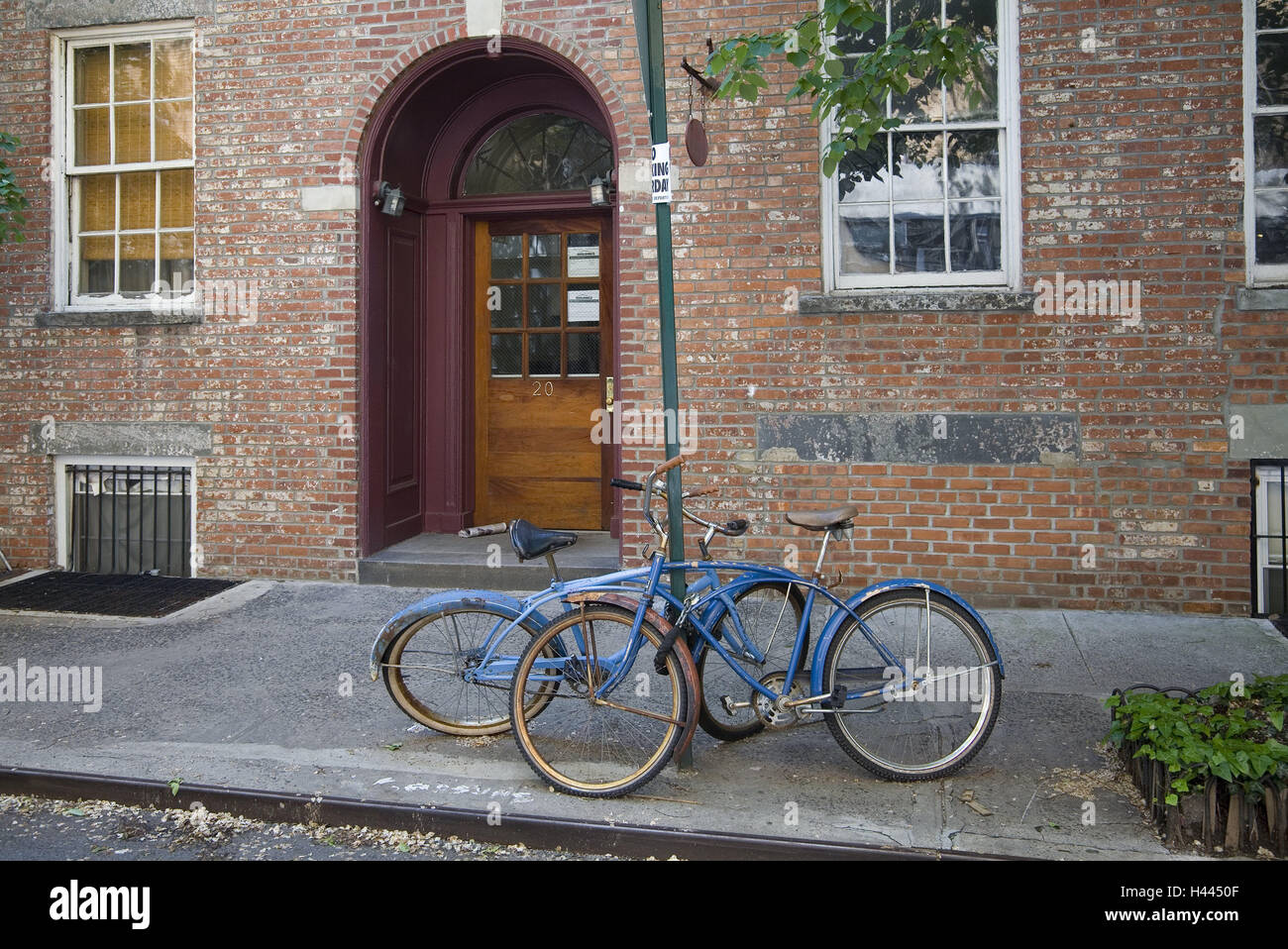 Brick building, road sign, bicycles, two, leant, North America, the USA, SoHo, part town, wheels, blue, finished, - Stock Image