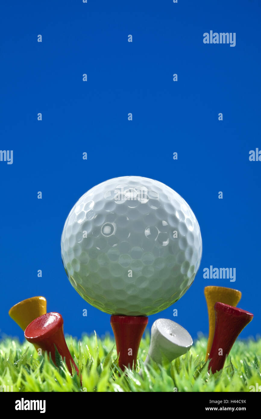 Golf ball, tee, artificial lawn, - Stock Image