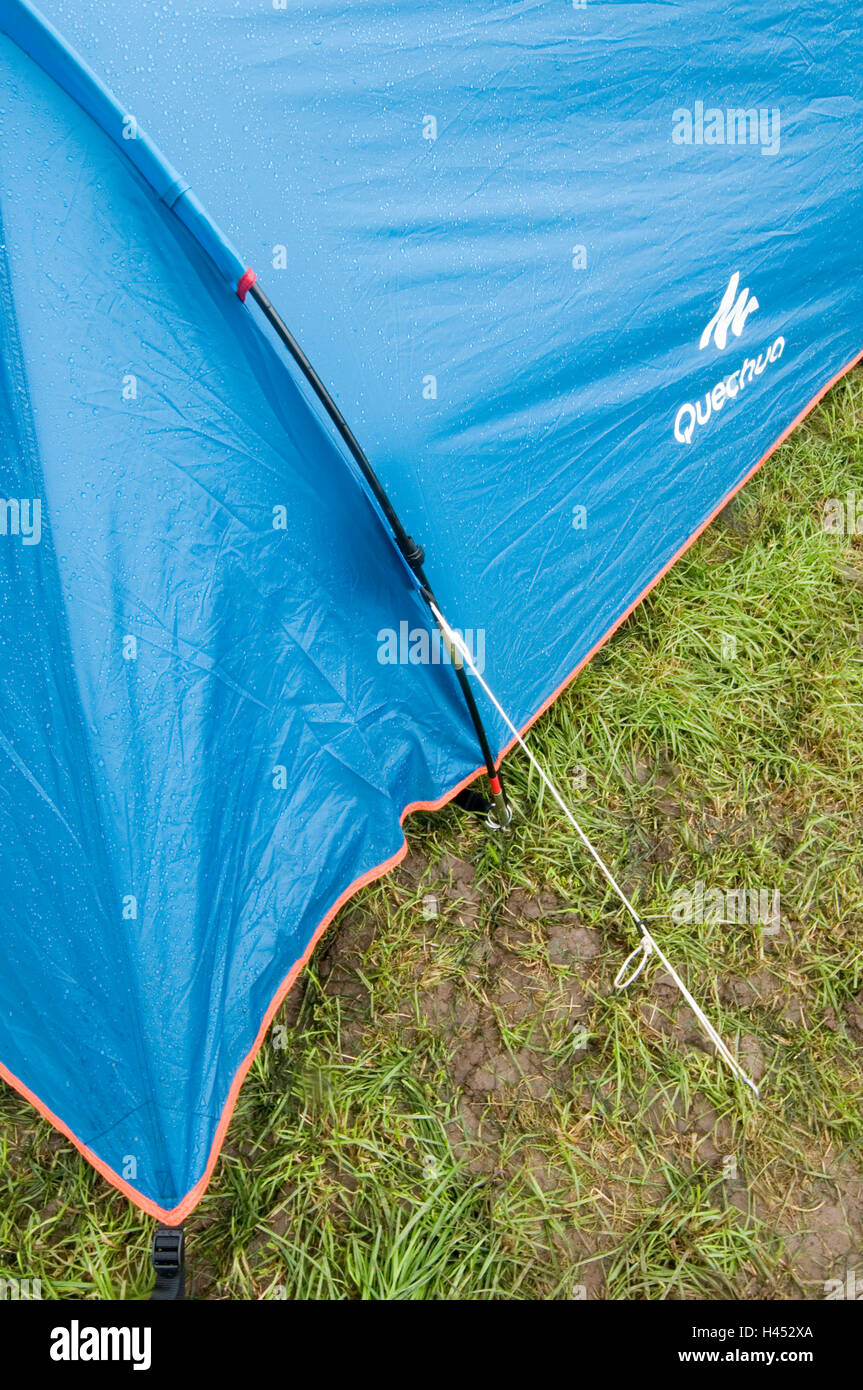 tents tent peg pegs guy rope ropes guyrope guyropes camp camping site sites campsites campsite pitch pitching put - Stock Image
