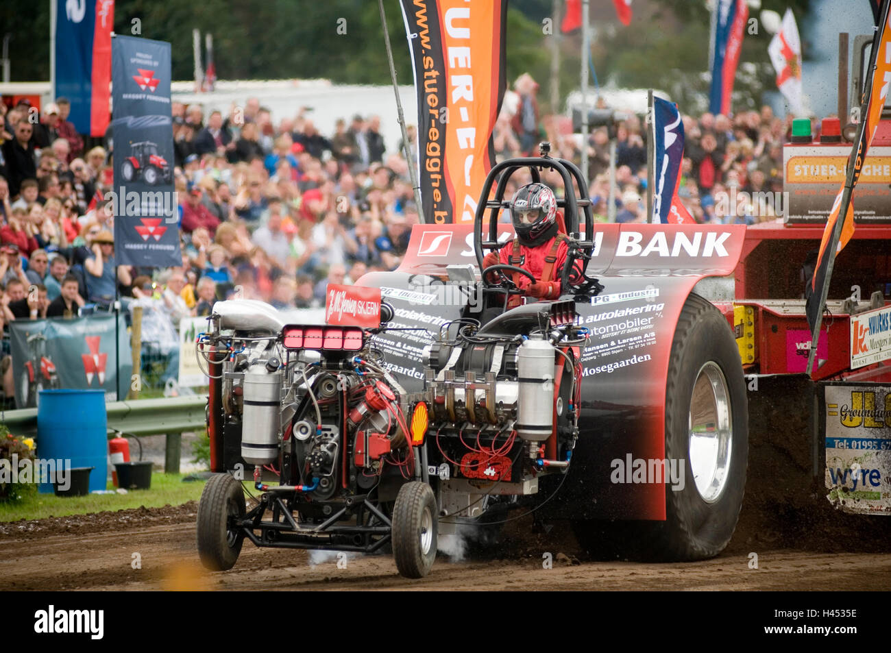 tractor pull pulls pulling puller pullers tractors track event events competition high horsepower powerful engine - Stock Image