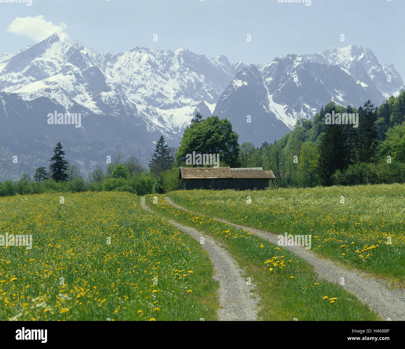 Germany, Upper Bavaria, Farchant (village), dirt road, hut, Wetterstein Mountains, Southern Germany, Bavaria, Werdenfels - Stock Image