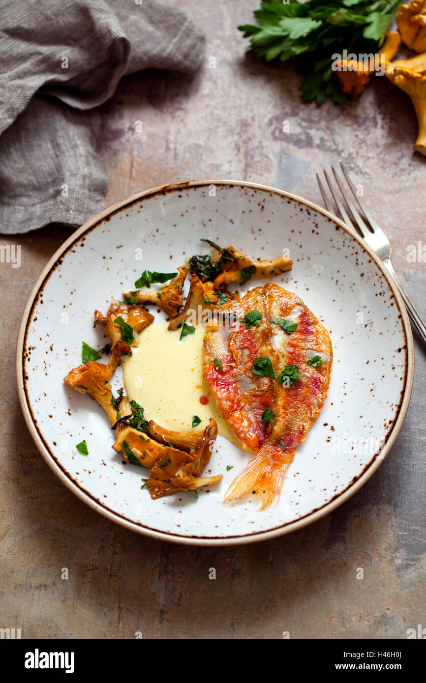 Red mullet with garlic aioli and chanterelle mushrooms - Stock Image
