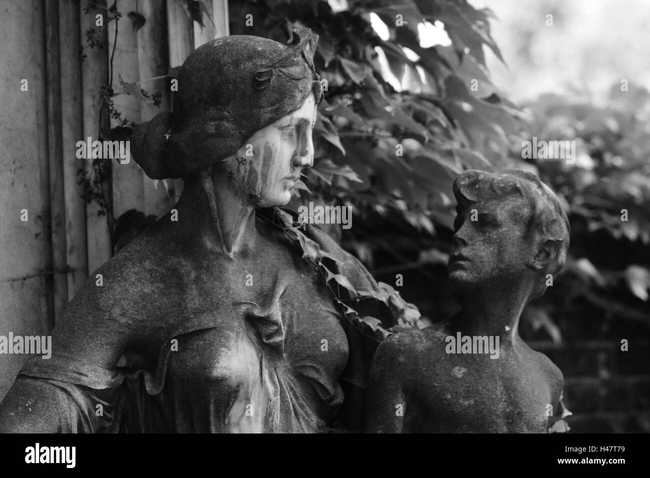 grave yard, statues, grave, mother, child, s/w, - Stock Image
