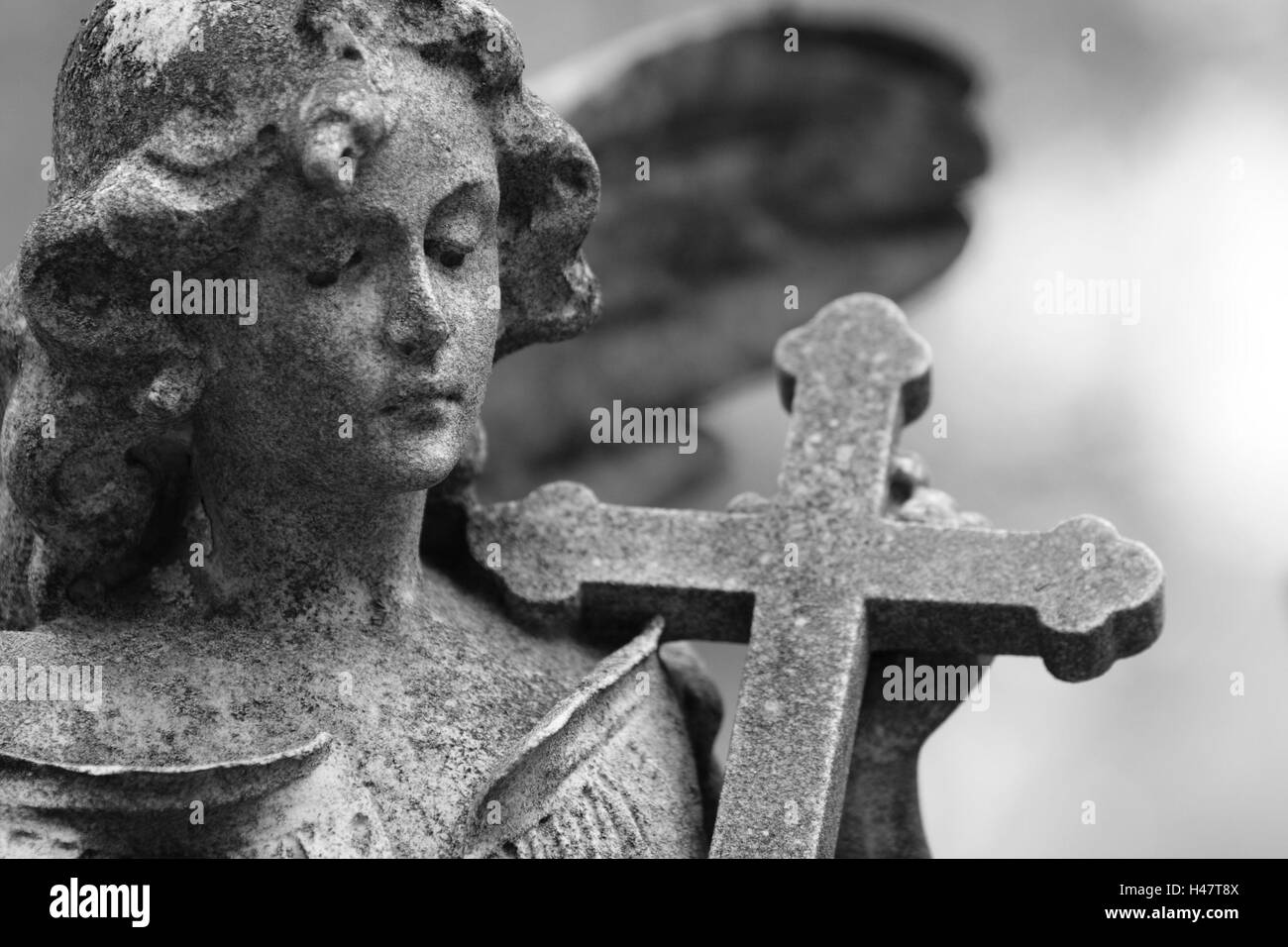 Broached, grave yard, grave, statue, angels, s/w, - Stock Image