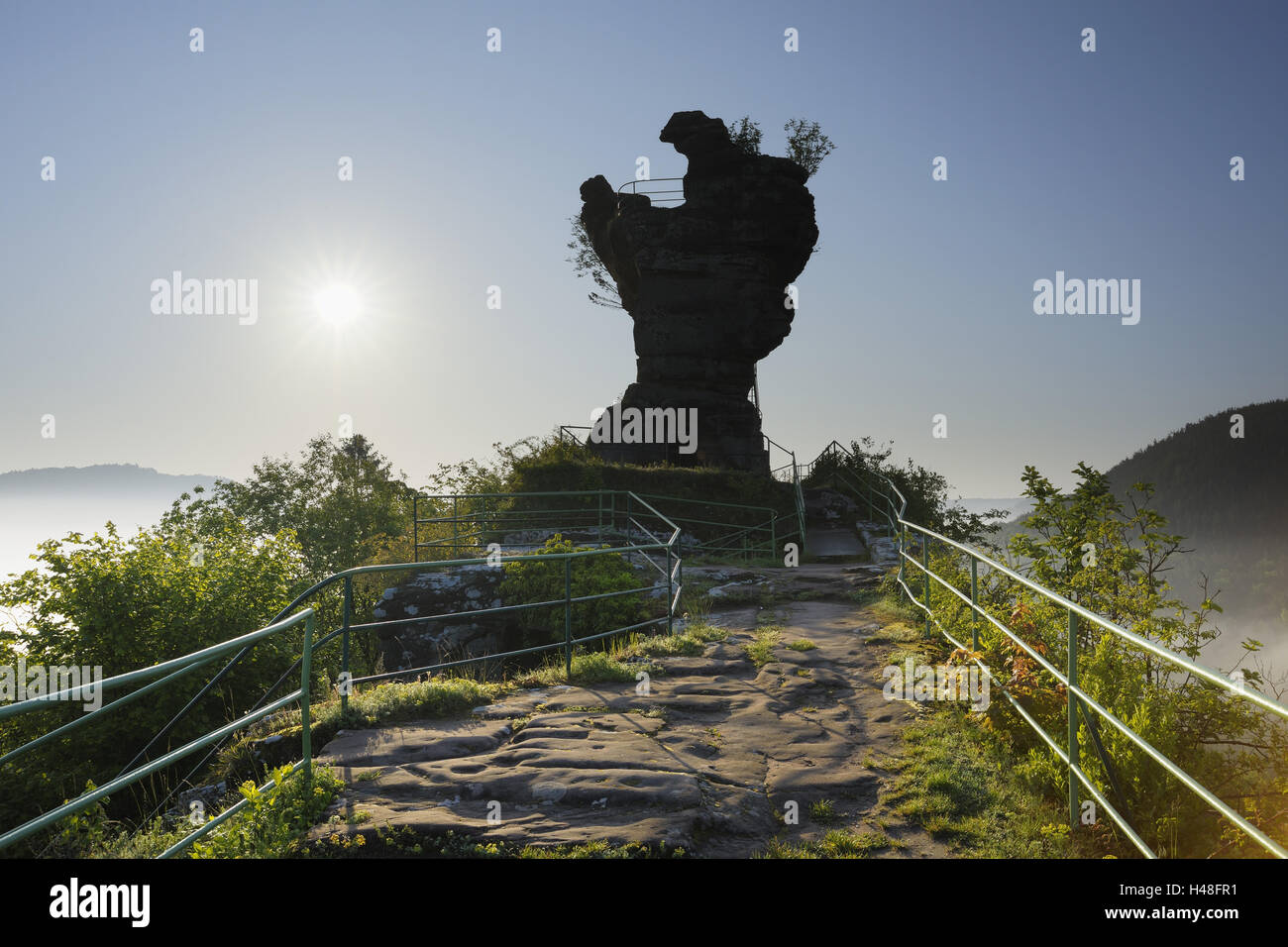 Tower of the castle ruin Drachenfels, 'molar', lookout, sun, backlight, Busenberg, Palatinate Forest, Rhineland - Stock Image