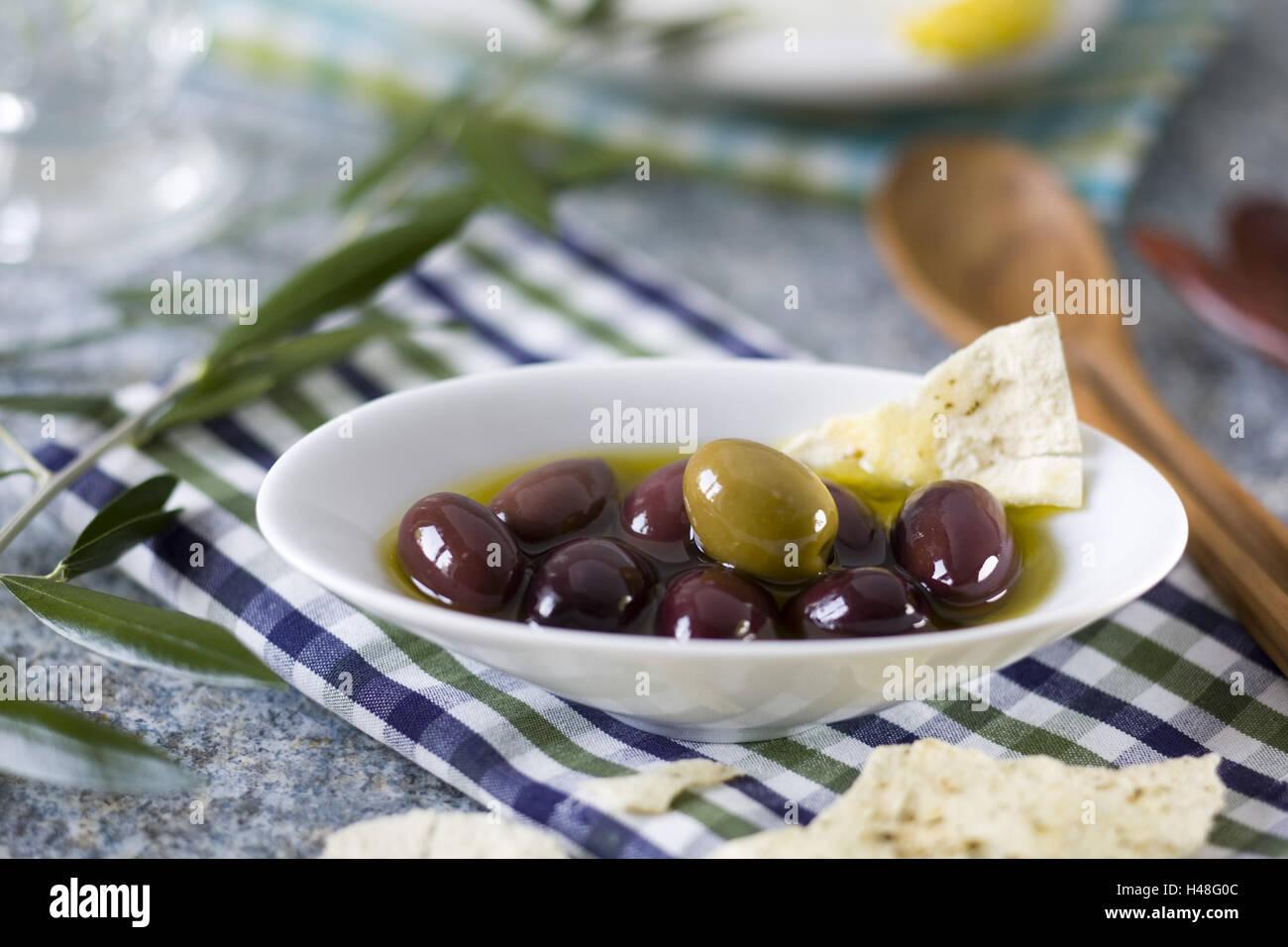 Olive dished plates on blau-grün-weiß-kariertem cloth, - Stock Image