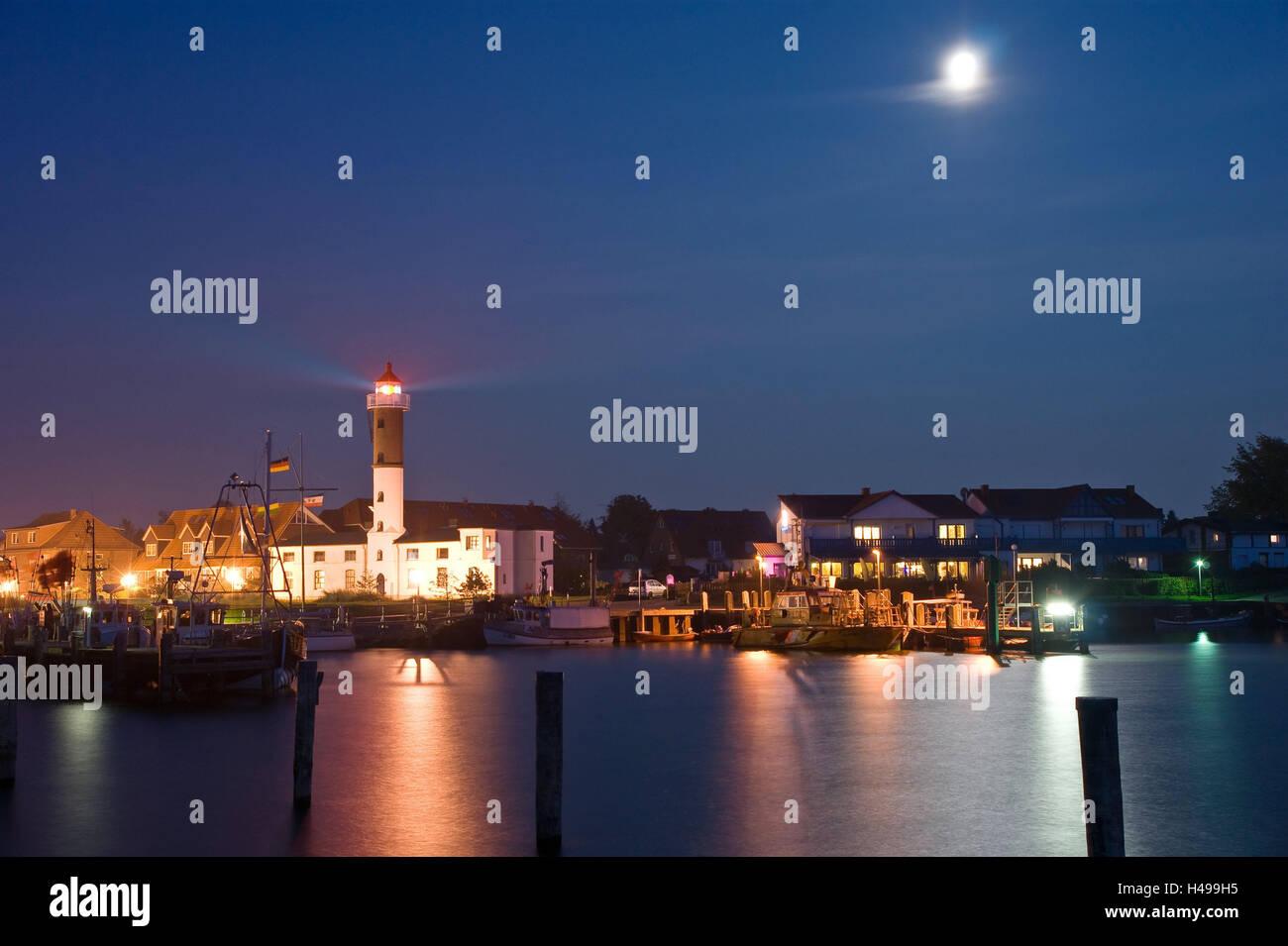 Germany, Mecklenburg-Western Pomerania, island Poel, Timmendorf harbour, lighthouse, night, moon, - Stock Image