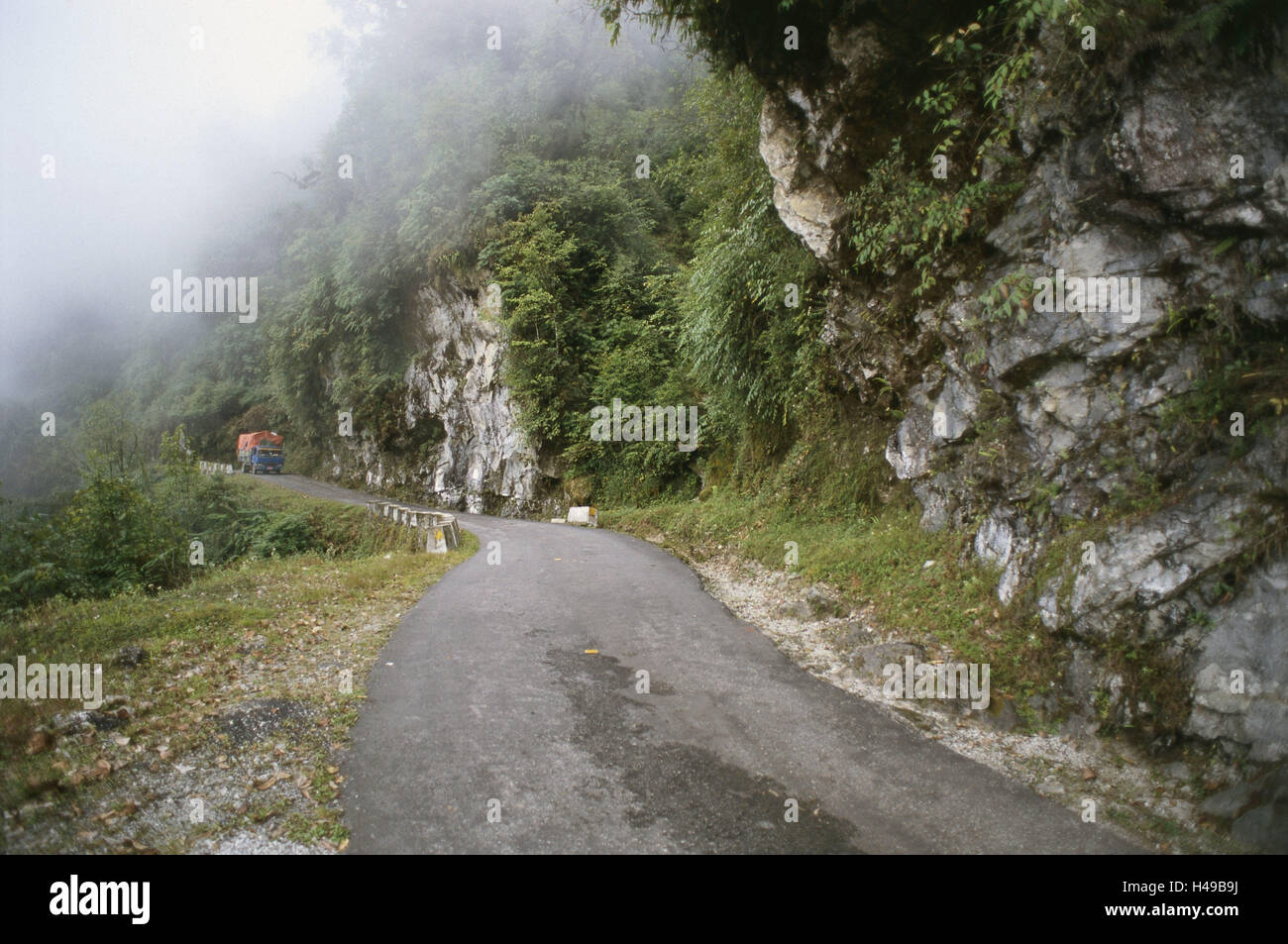 Bhutan, to the east Bumthang, highland, mountain road, truck, fog, Asia, the Himalayas, kingdom, Ostbhutan, traffic - Stock Image