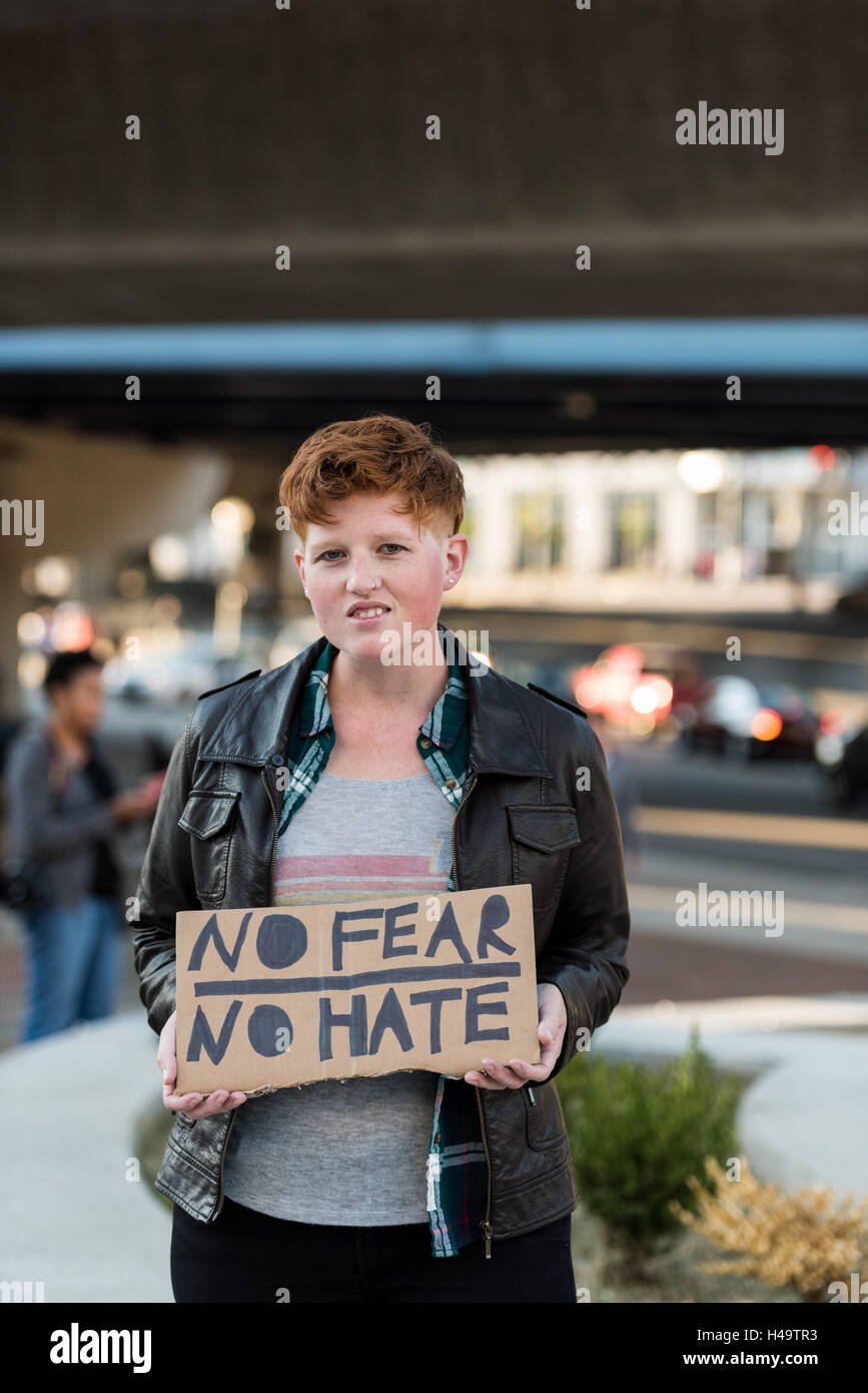 Cincinnati, OH, USA. 13th October, 2016. A anti Trump protestor holding a sign reading 'No Fear No Hate' - Stock Image
