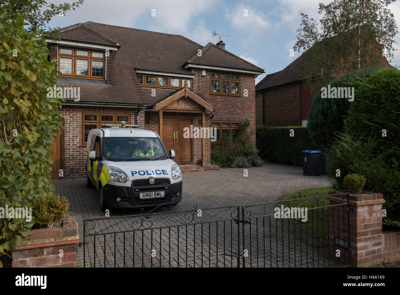 Gerrards Cross, Buckinghamshire, UK. 14th October 2016. Police vehicles and forensic unit at the scene. At around - Stock Image