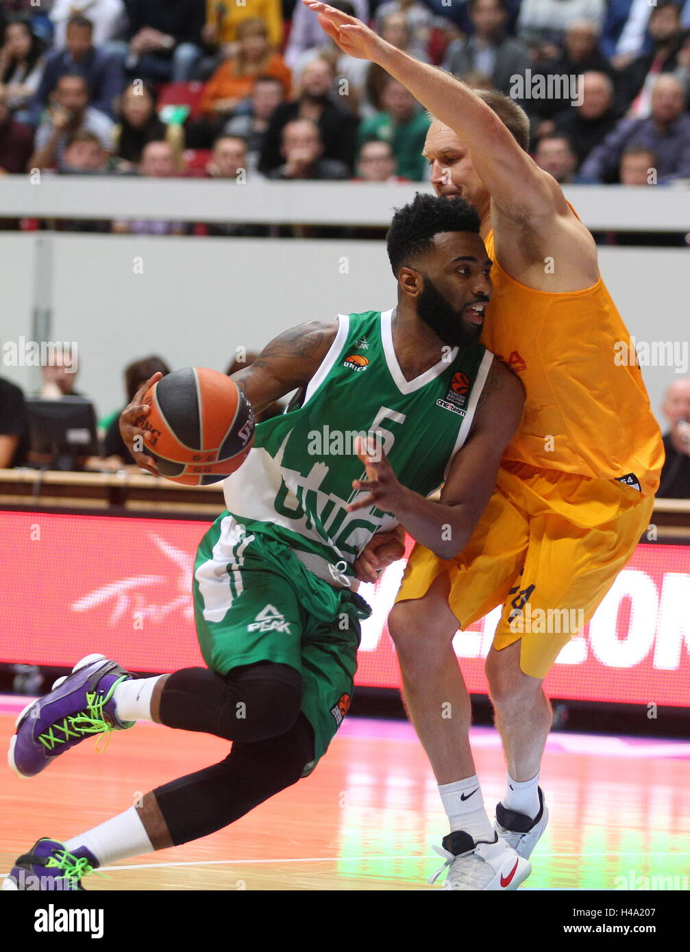 Kazan, Russia. 14th Oct, 2016. UNICS Kazan's Keith Langford (L) and Barcelona's Brad Oleson in action in - Stock Image