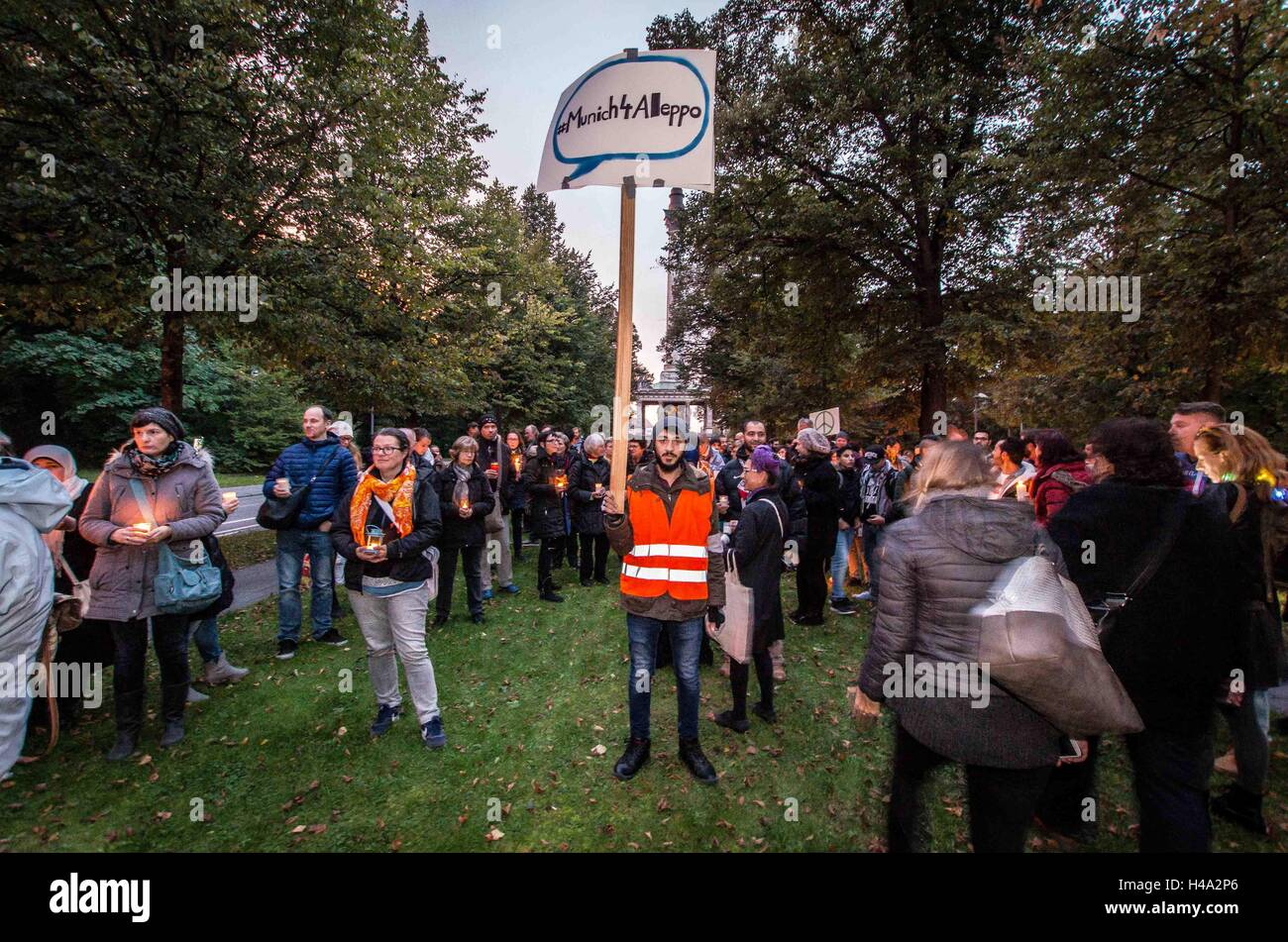 Some 600 6itizens of Munich, Germany created a human chain between the US and Russian Consulates in order to bring - Stock Image