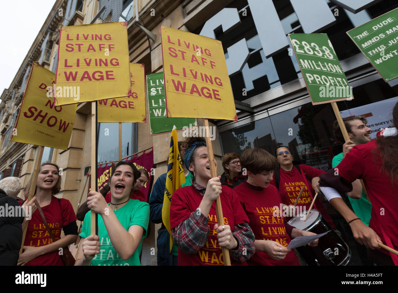 Hackney, London, UK. 15th October 2016. Hackney Picturehouse workers walk out on strike and stage a protest with - Stock Image