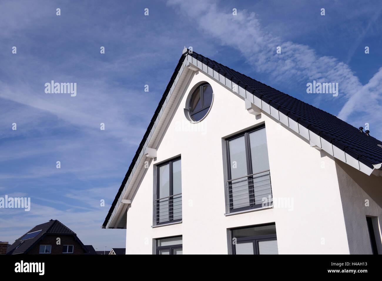 Gable of a white, contemporary single-family house, Germany, North Rhine-Westphalia, Dormagen Stock Photo