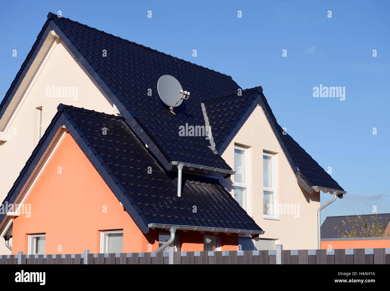 Yellow-orange single-family house, Germany, North Rhine-Westphalia, Dormagen Stock Photo