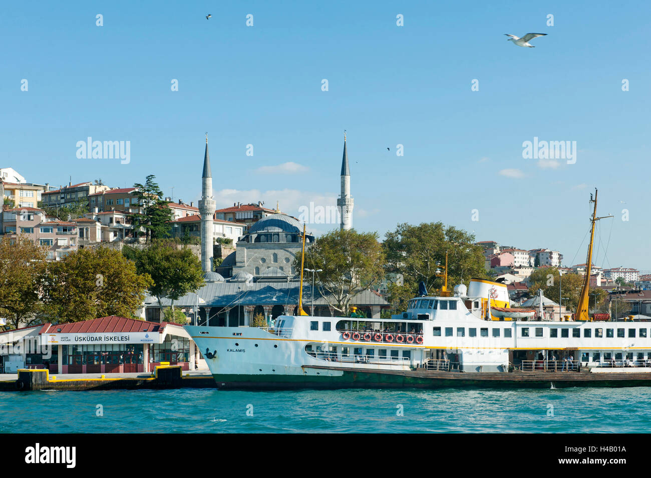 Turkey, Istanbul, Üsküdar, ferry dock (Iskele), behind it the Mihrimah sultan Camii (Iskele Camii), from - Stock Image