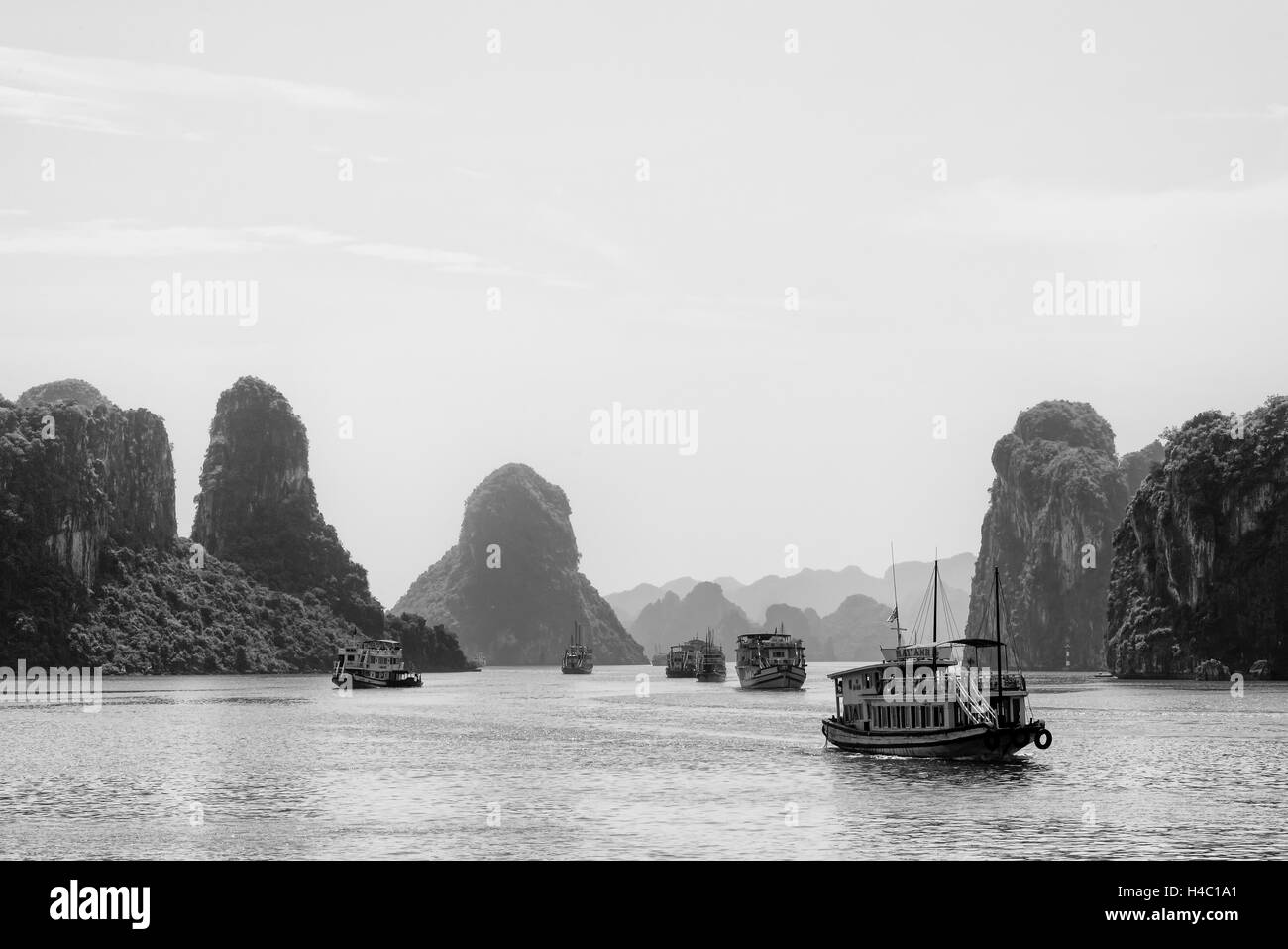 Cruise boats in Halong Bay - Stock Image