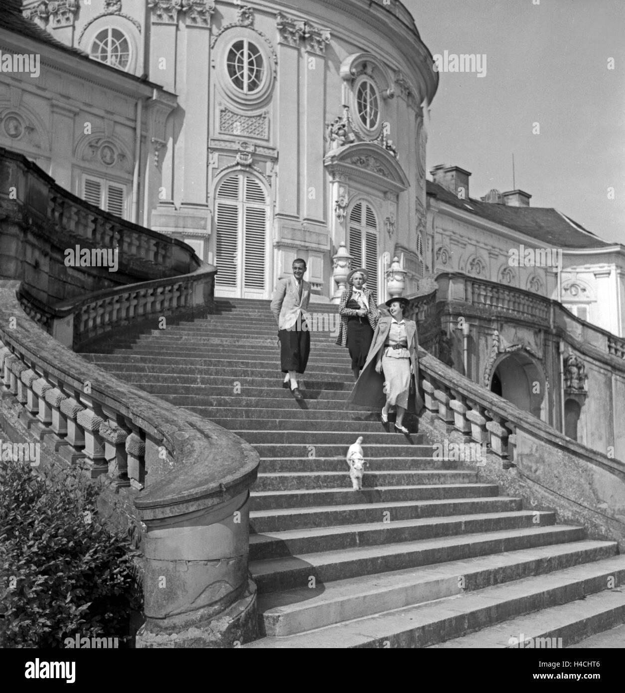 Eine Familie mit Foxterrrier auf den Stufen von Schloß Solitude in Stuttgart, Deutschland 1930er Jahre. A family - Stock Image