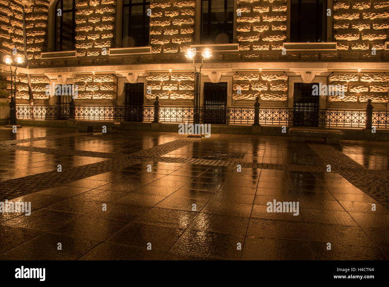 house reflection on wet pavement in the city at night - Stock Image