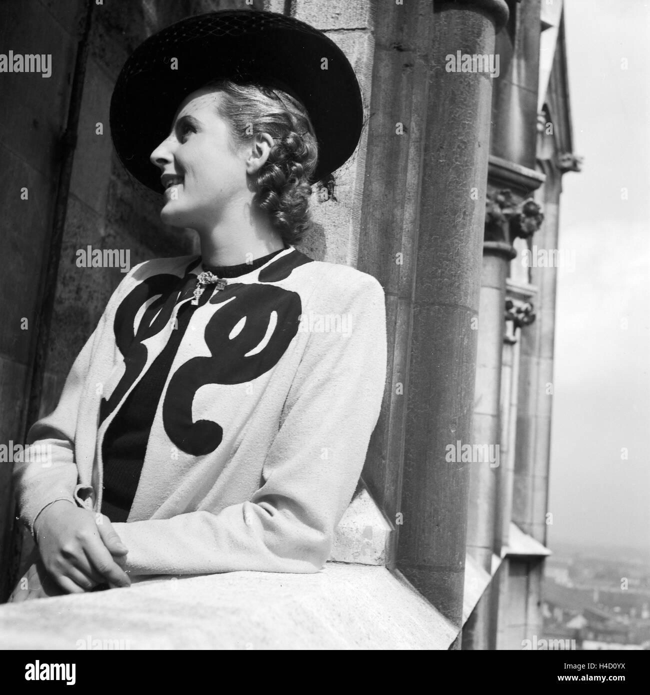 Eine Frau steht auf einem Kirchturm, Deutschland 1930er Jahre. A woman standing on the top of a belfry, Germany Stock Photo