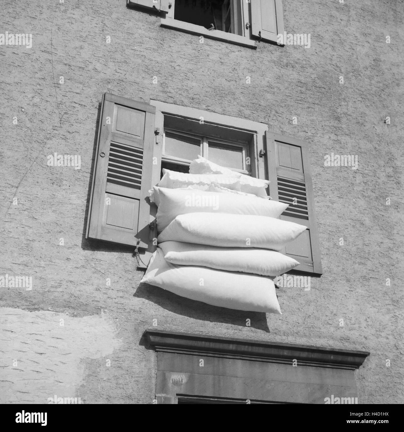 Bettzeug an der frischen Luft in Frankfurt am Main, Deutschland 1930er Jahre. The bedding on the fresh air at Frankfurt Stock Photo