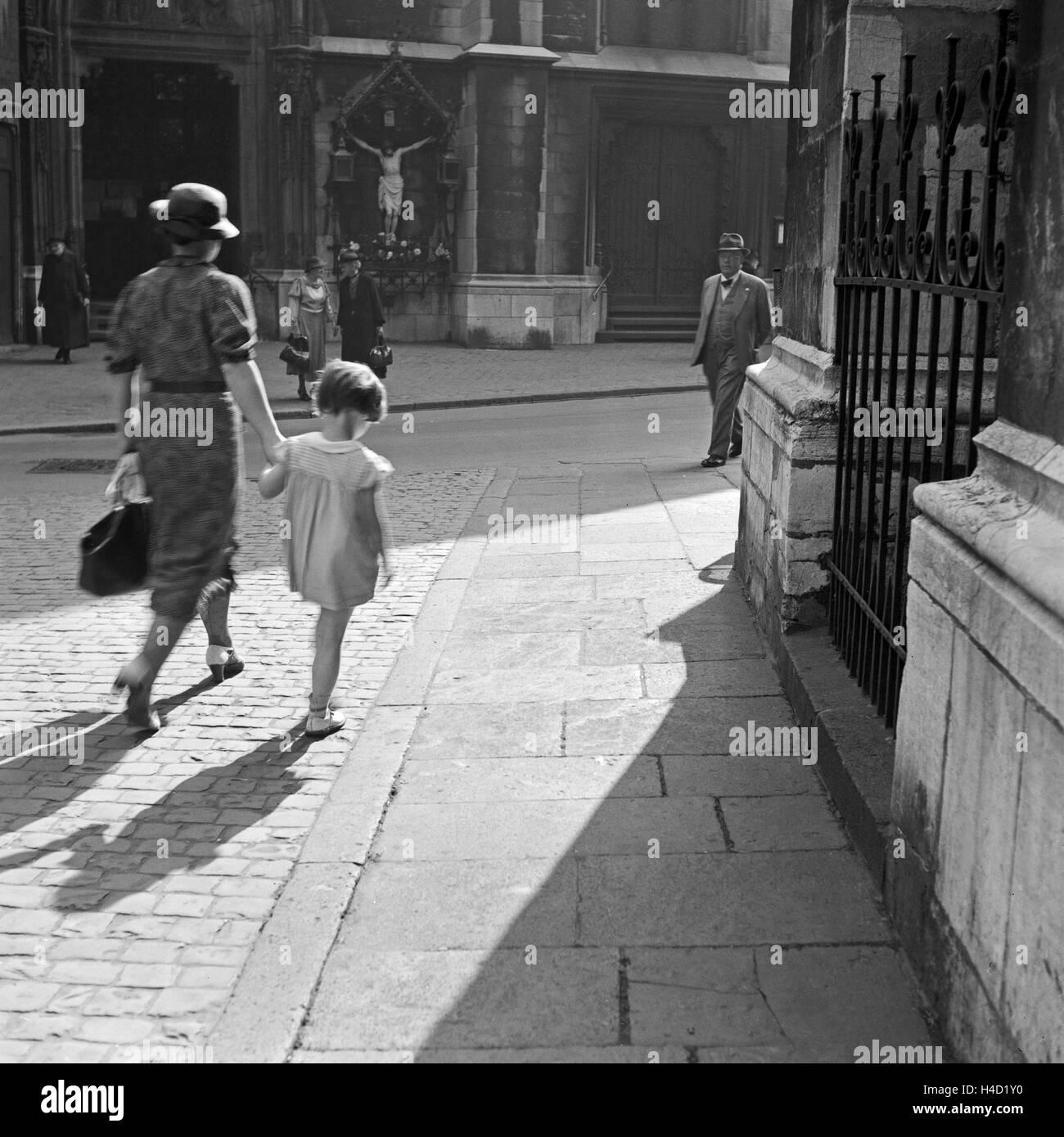 Straßenszene in Aachen, 1930er Jahre. In the streets of Aachen Stock ...