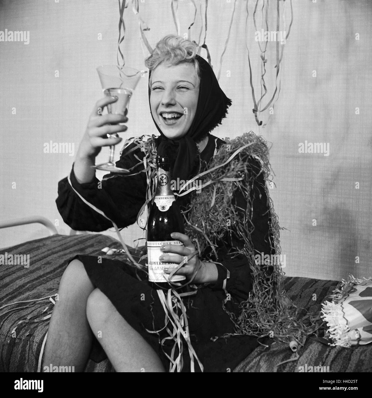 Gast einer Silvesterparty, Deutsches Reich 1930er Jahre. Guest of a New Year's Eve party, Germany 1930s. - Stock Image