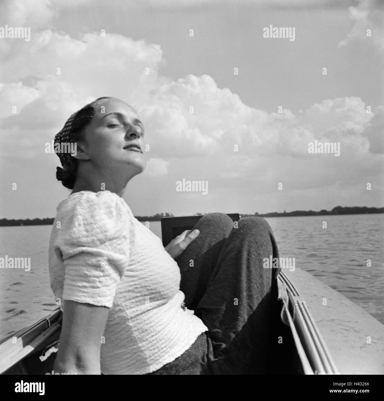 Ein Ausflug mit dem Klepper-Boot, Deutsches Reich 1930er Jahre. An excursion with a foldboat, Germany 1930s. Stock Photo