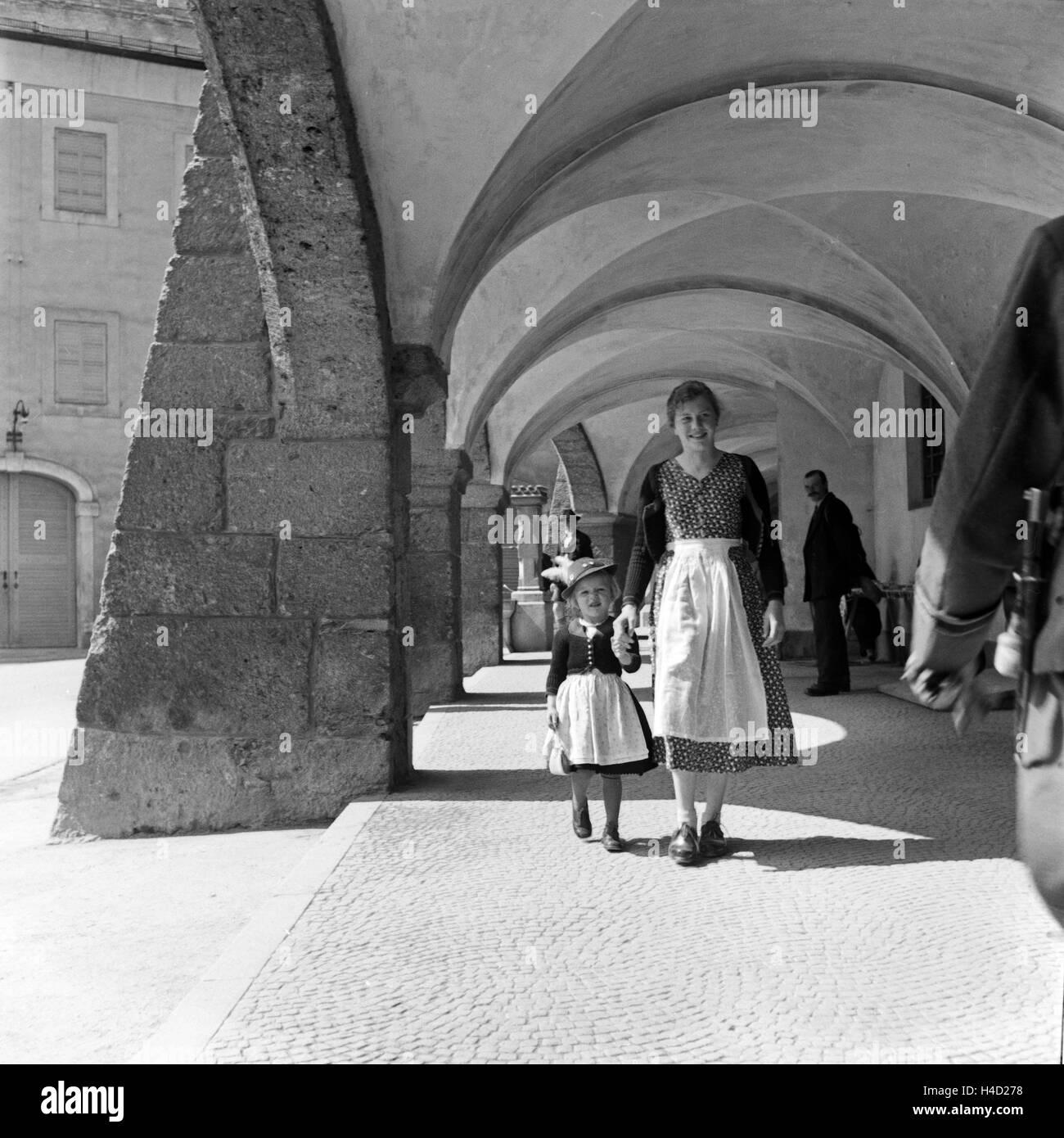 Eine Mutter und ihre kleine Tochter spazieren durch die Kolonnaden des Ehrenmals für die im 1. Weltkrieg Gefallenen Stock Photo