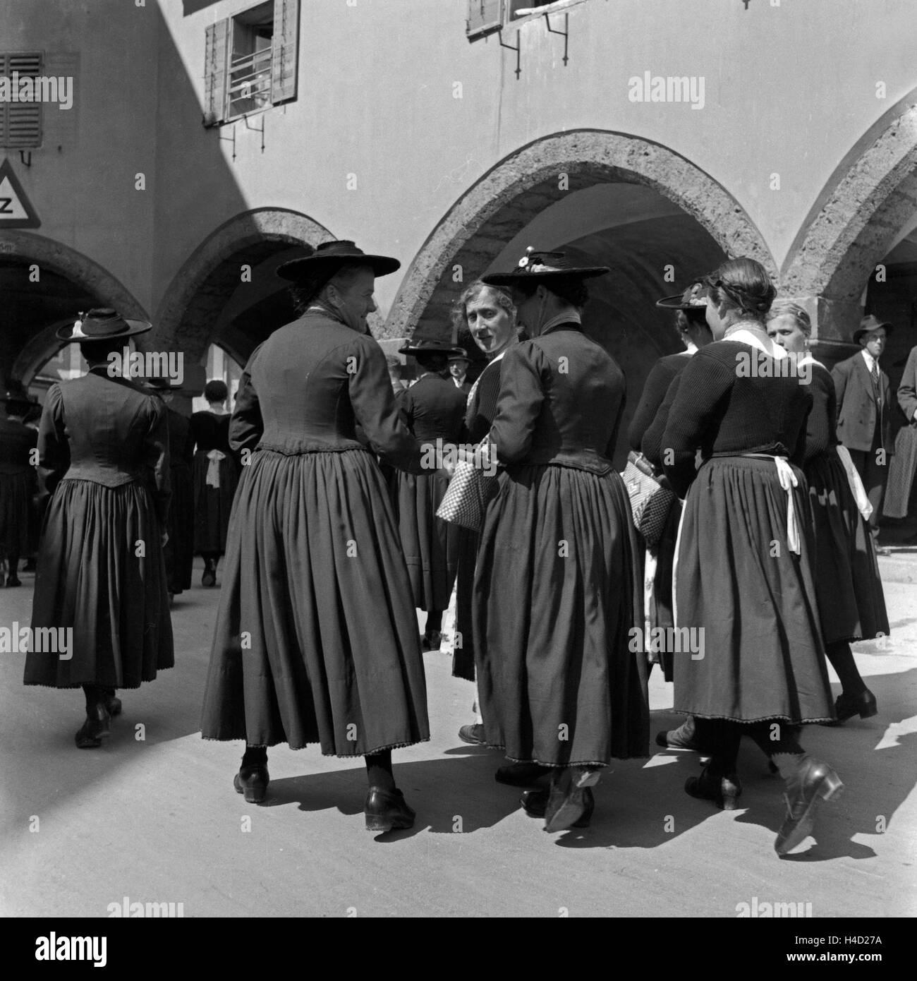 Frauen unterwegs in Tracht in der Innenstadt von Berchtesgaden, Deutschland 1930er Jahren. Women wearing local array - Stock Image