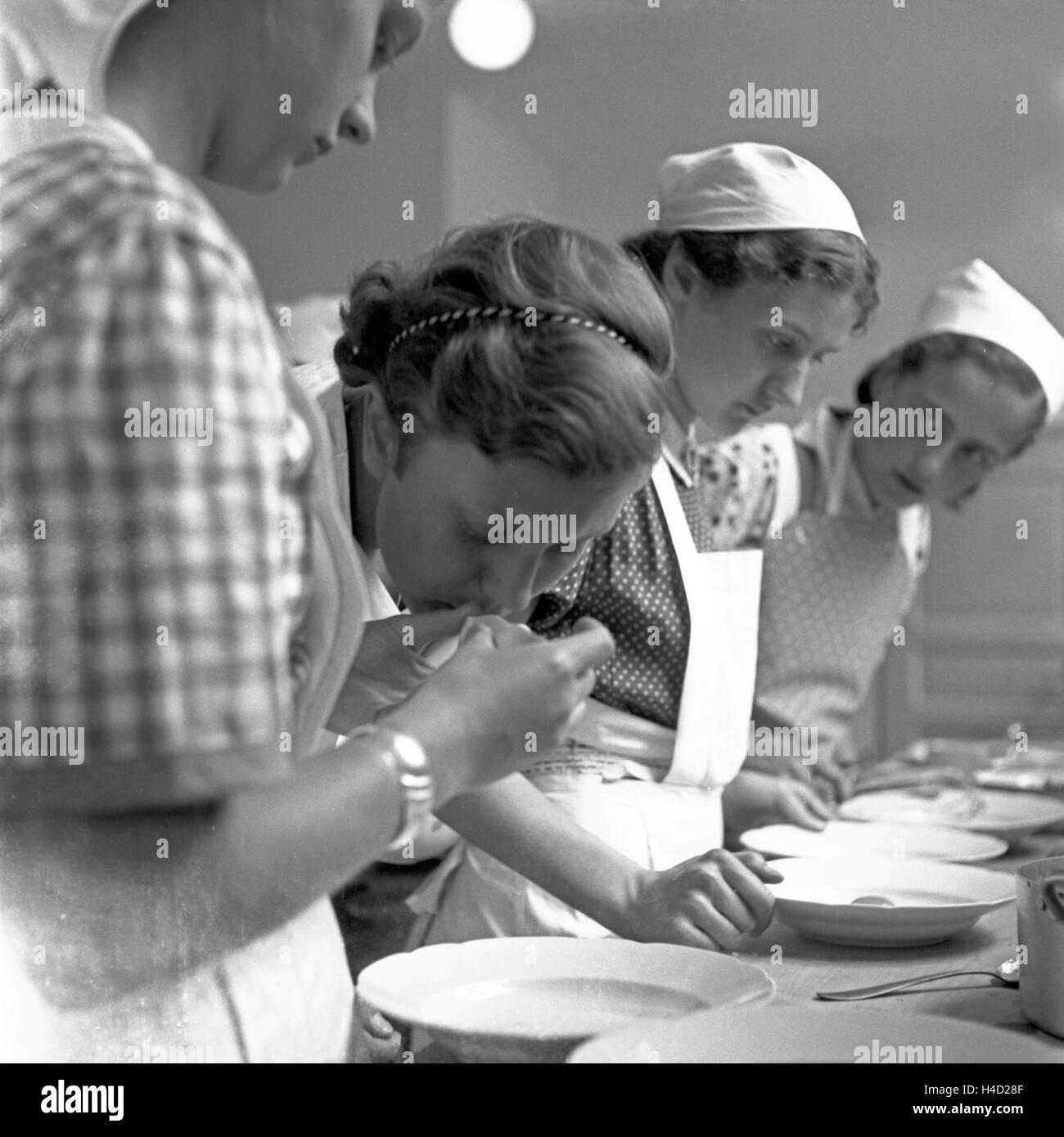 BdM Mädchen beim Kochen in der Haushaltungsschule Greifenberg, Deutschland 1930er Jahre. BdM girls learning - Stock Image
