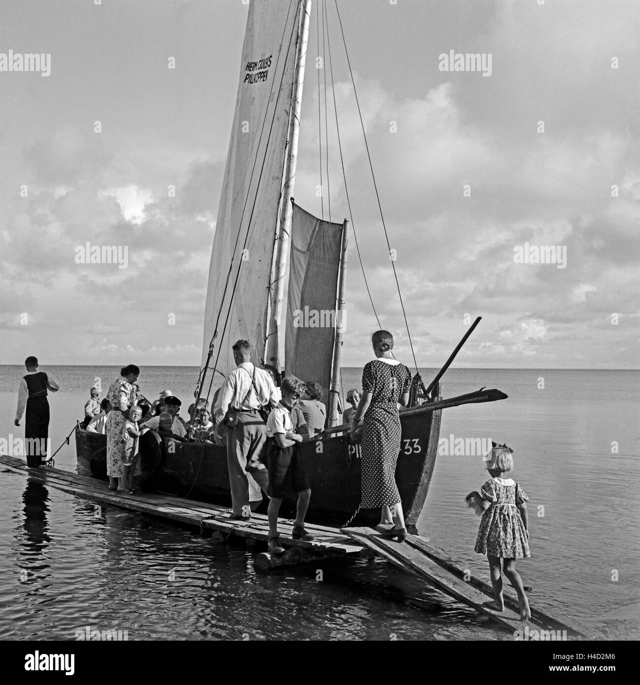 Ein Segelboot als Personenbeförderung nahe Pillkoppen an der Ostsee in Ostpreußen, Deutschland 1930er - Stock Image