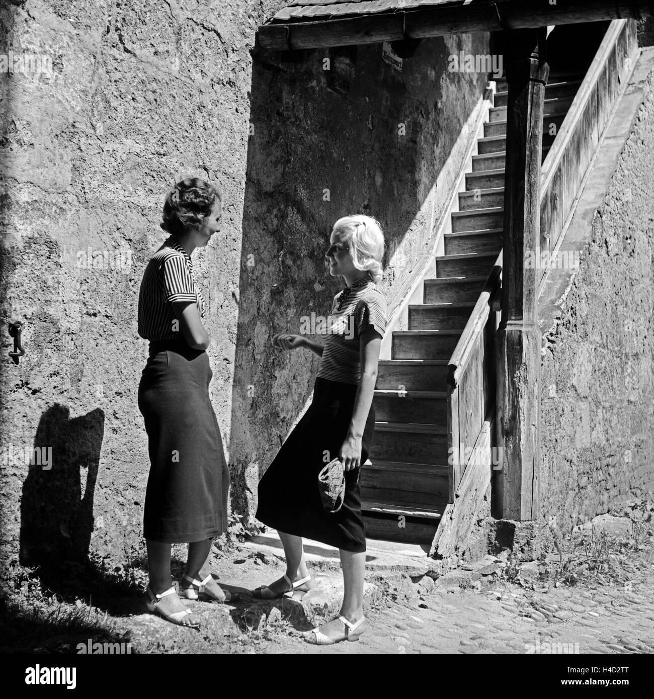 Zwei Frauen unterhalten sich an dr Treppe zu einem Wehrgang in Burghausen, Deutschland 1930er Jahre. Two women chatting Stock Photo