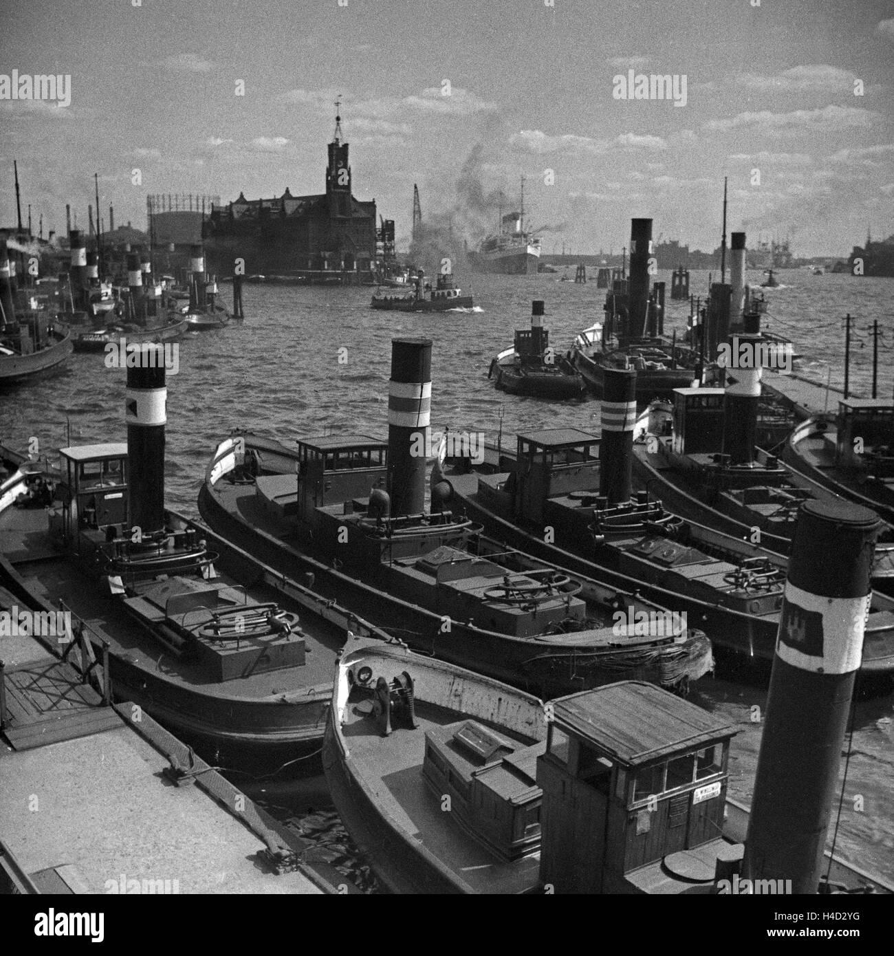 Schiffe im Hafen von Hamburg, Deutschland 1930er Jahre. Ships at Hamburg harbor, Germany 1930s. Stock Photo